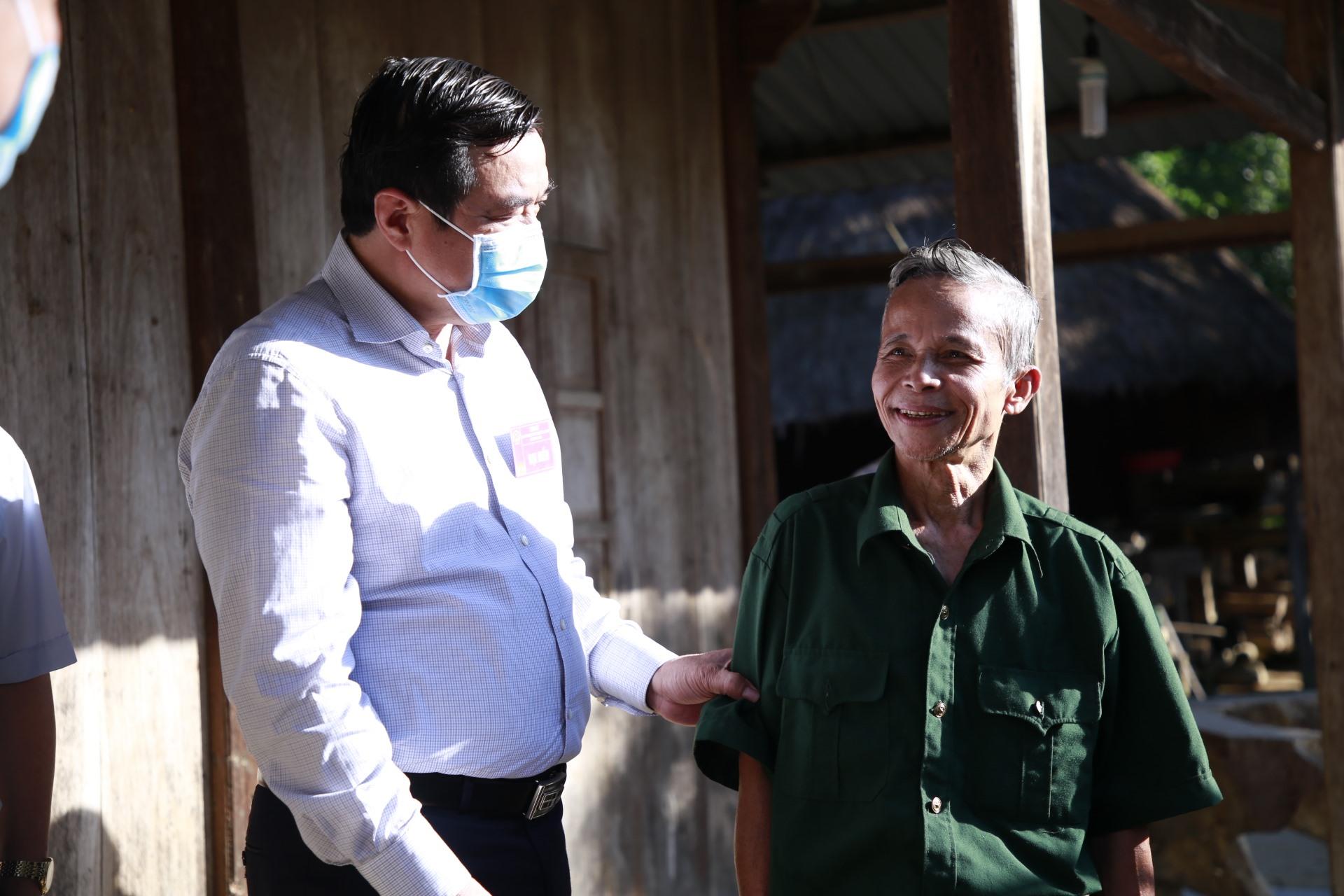Bí thư Tỉnh ủy Phan Việt Cường trò chuyện với một cử tri đang trên đường đến điểm bỏ phiếu tại xã La Êê.