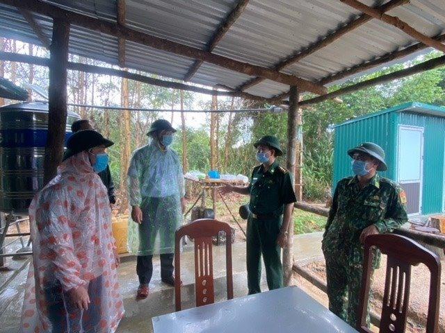Chủ tịch UBND tỉnh Lê Trí Thanh kiểm tra tại chốt 727 thuộc Đồn Biên phòng Đắc Pring. Ảnh: PHÚC - ANH