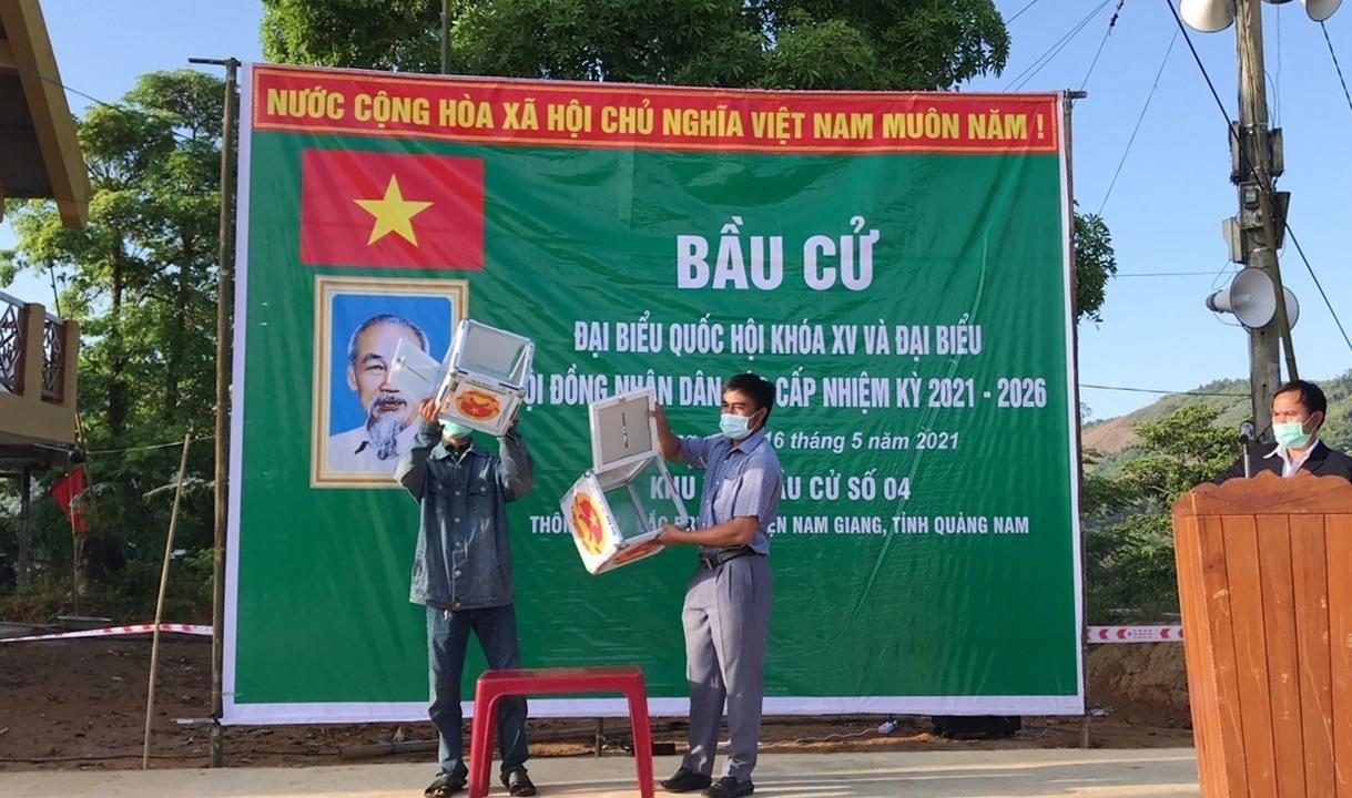 Đại diện cử tri kiểm tra thùng phiếu trước khi bỏ phiếu bầu tại khu vực bỏ phiếu số 4 (xã Đắc Pring, Nam Giang). Ảnh: V.A
