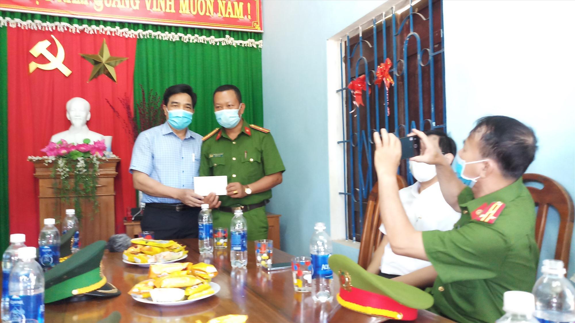 Đồng chí Lê Văn Dũng trao quà động viên các chiến sĩ. Ảnh: A.N