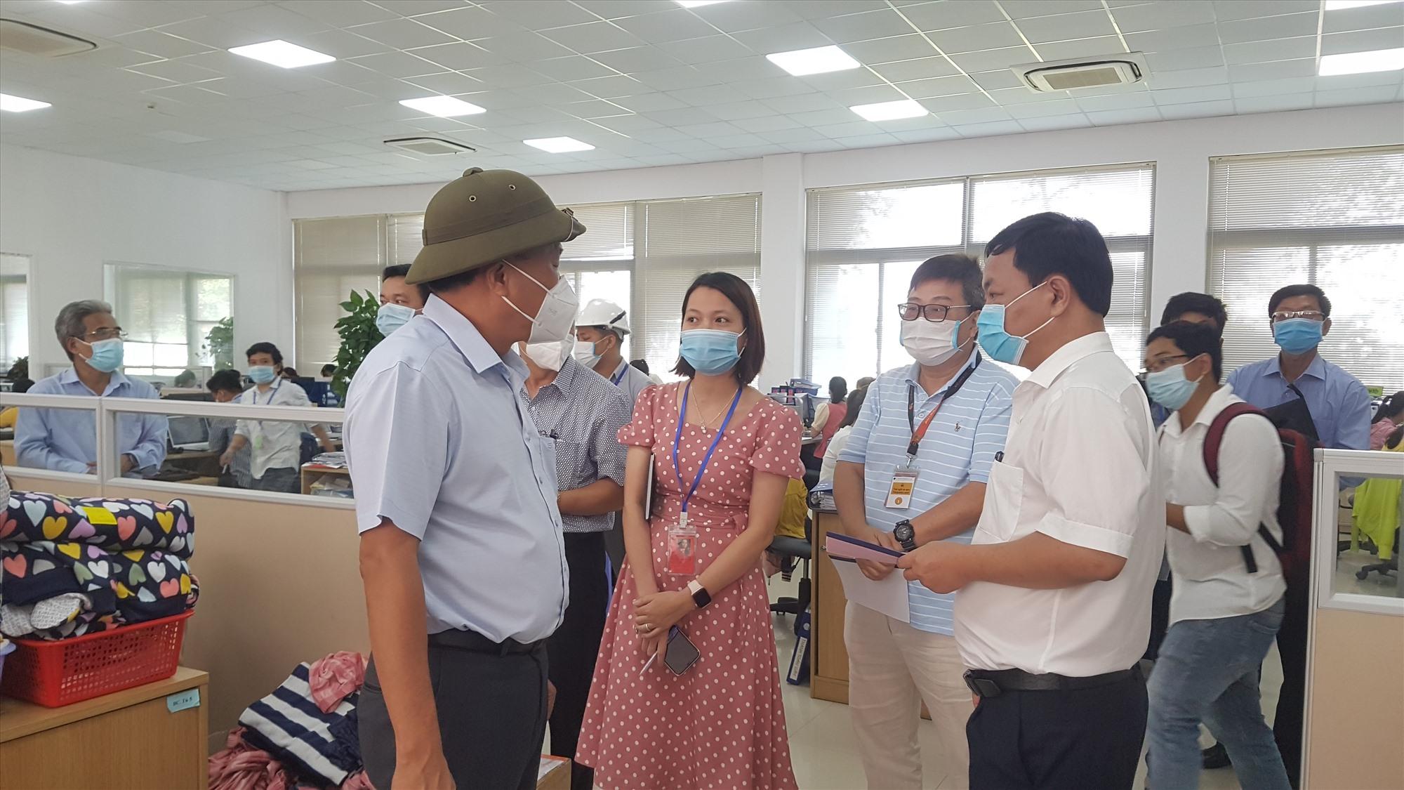 Phó Chủ tịch UBND tỉnh Nguyễn Hồng Quang kiểm tra công tác phòng chống dịch trong doanh nghiệp vào cuối tuần qua. Ảnh: D.L
