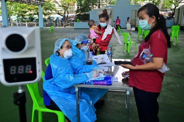Một phòng khám lưu động xét nghiệm Covid-19 tại Thái Lan. Ảnh: AFP