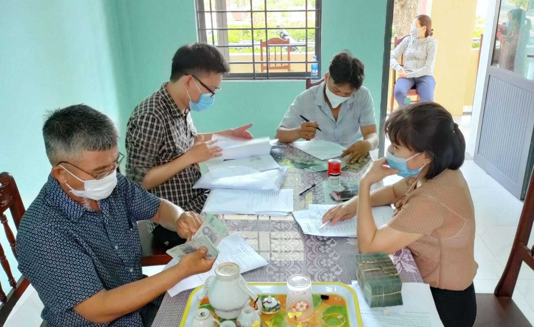 Giải ngân quỹ Hỗ trợ nông dân tỉnh cho 20 hộ vay tại 2 xã Điện Quang và Điện Trung nhằm chăn nuôi giống bò 3B. Ảnh: N.Trang