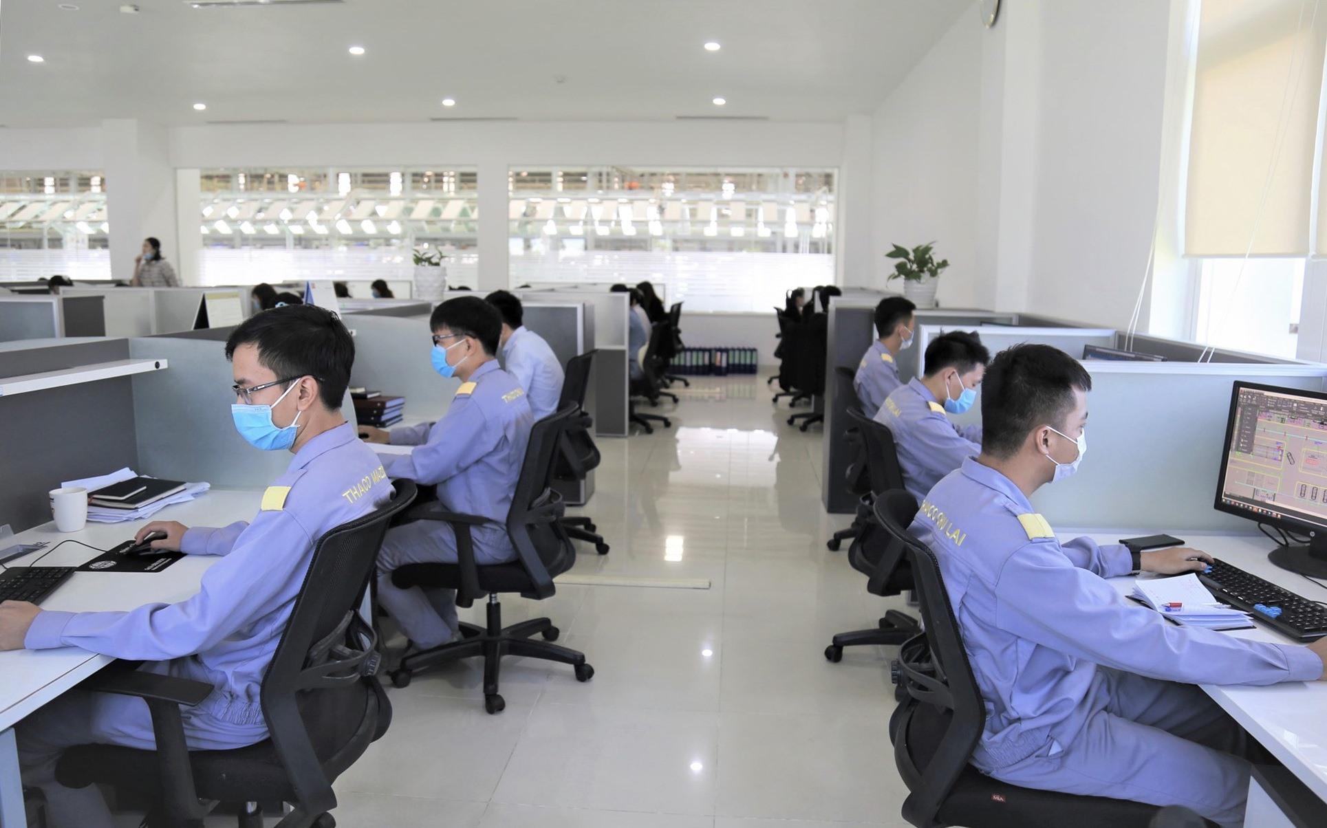CBNV của Thaco đeo khẩu trang trong quá trình làm việc.