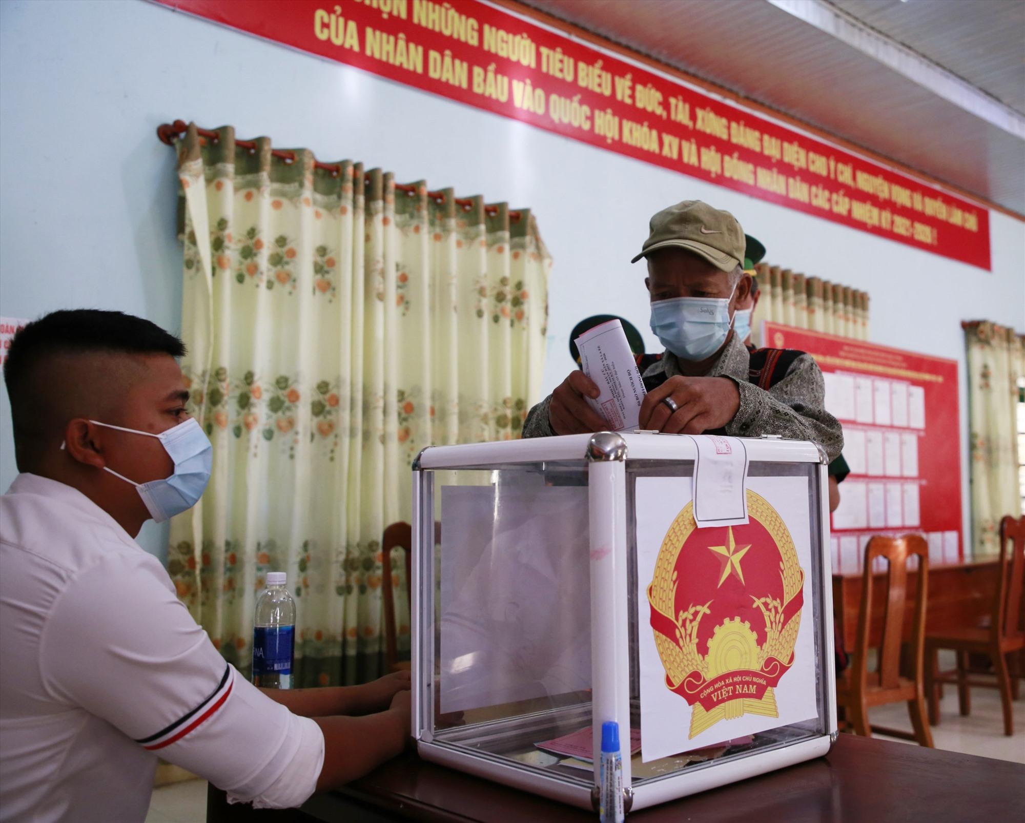 Kết quả việc tổ chức bầu cử sớm ngày 16.5 tại 6 xã vùng biên của huyện Nam Giang được UBBC tỉnh đánh giá, rút kinh nghiệm vào chiều nay 17.5. Ảnh: N.Đ