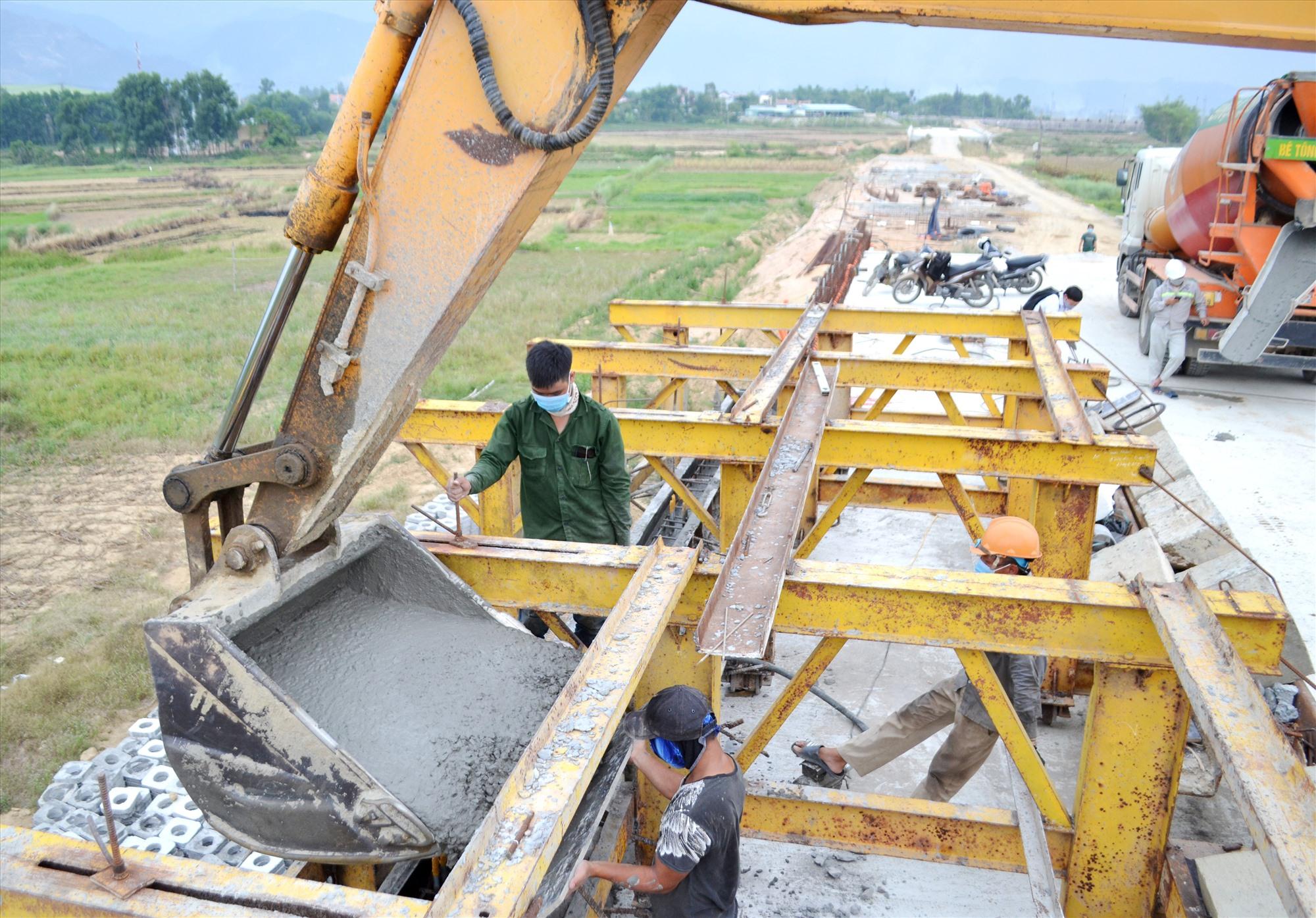 Nhà thầu đang thi công phần còn lại của gờ chắn lan can cầu Tây An 1. Ảnh: C.T