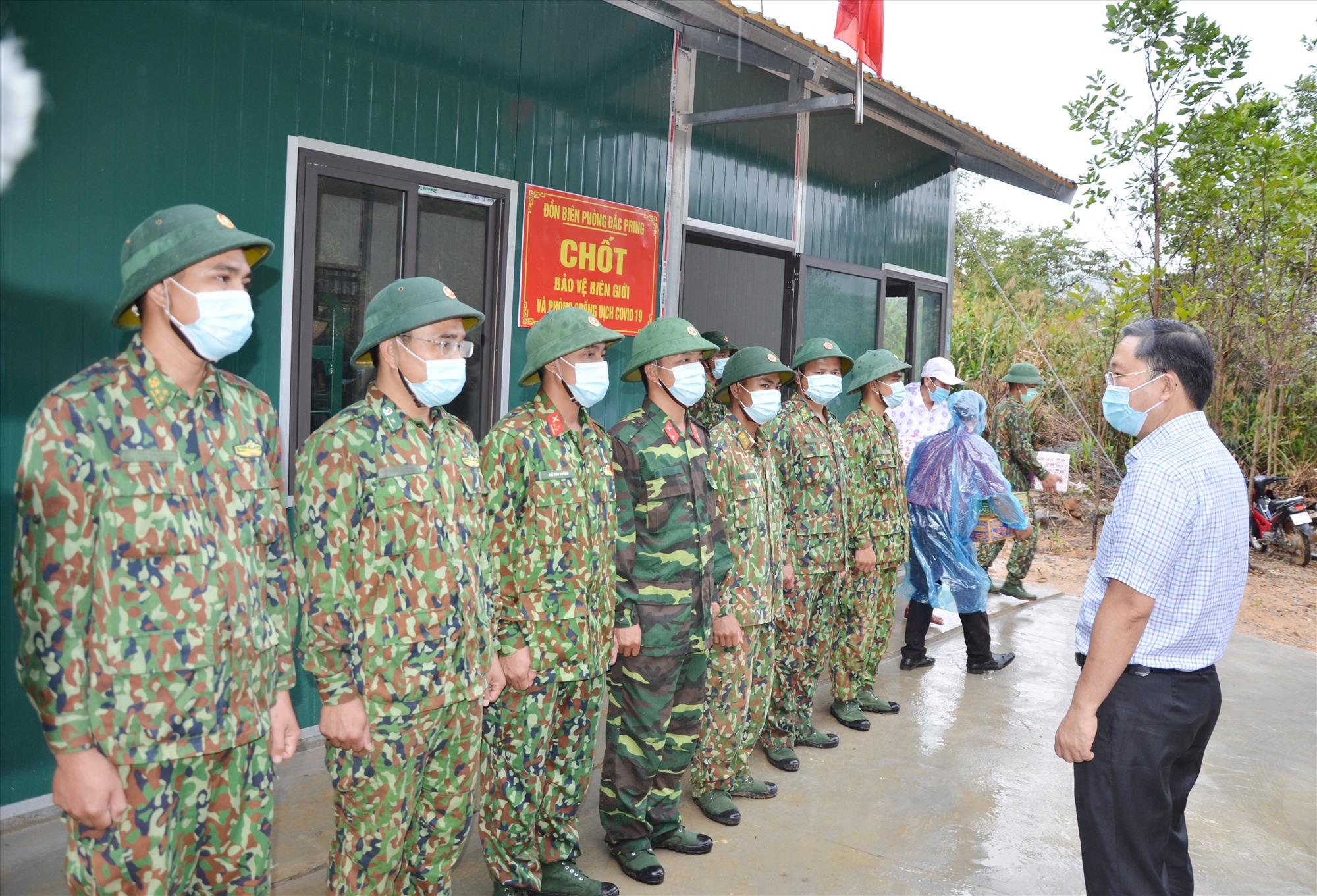 Chủ tịch UBND tỉnh Lê Trí Thanh kiểm tra thực tế tại chốt 727. Ảnh: H.P
