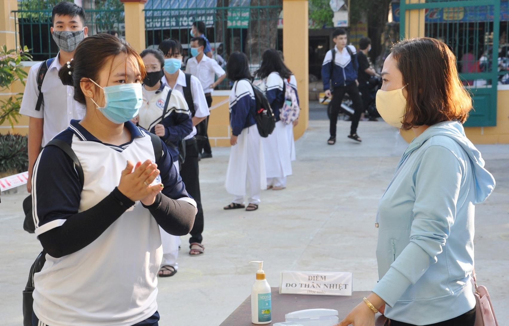 Cho phep học sinh đến trường kiểm tra học kỳ II nhưng phải thực hiện nghiêm túc quy định phòng chống dịch Covid -19. Ảnh: X.P