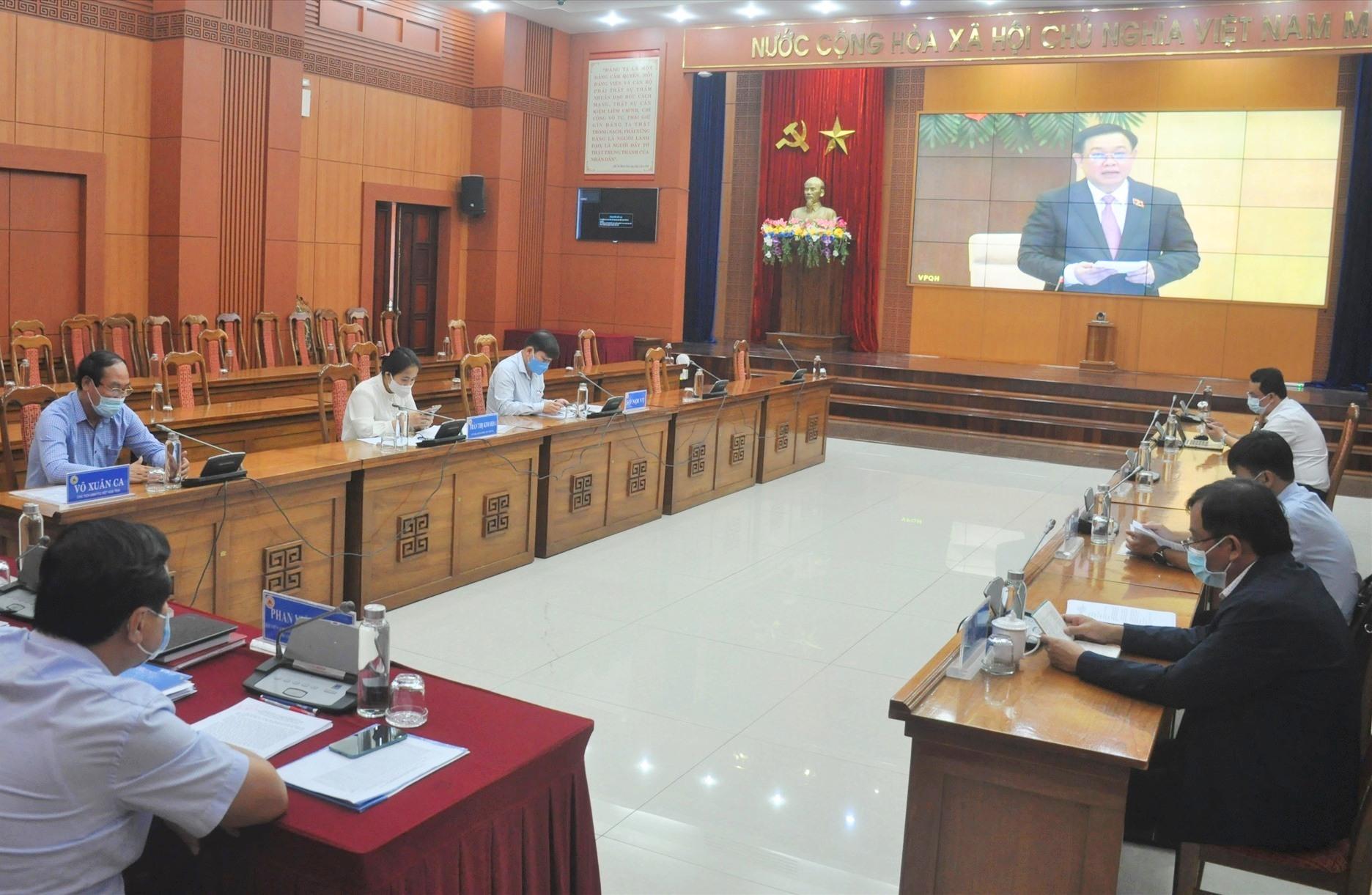 Các đồng chí lãnh đạo tỉnh, Ủy ban Bầu cử tỉnh theo dõi hội nghị tại điểm cầu Quảng Nam. Ảnh: Đ.A