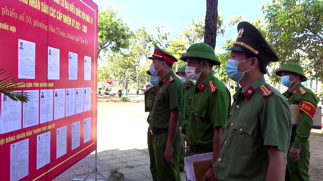 Thượng tá Hồ Song Ân - Phó Giám đốc Công an tỉnh kiểm tra công tác chuẩn bị bầu cử tại Trại tạm giam.