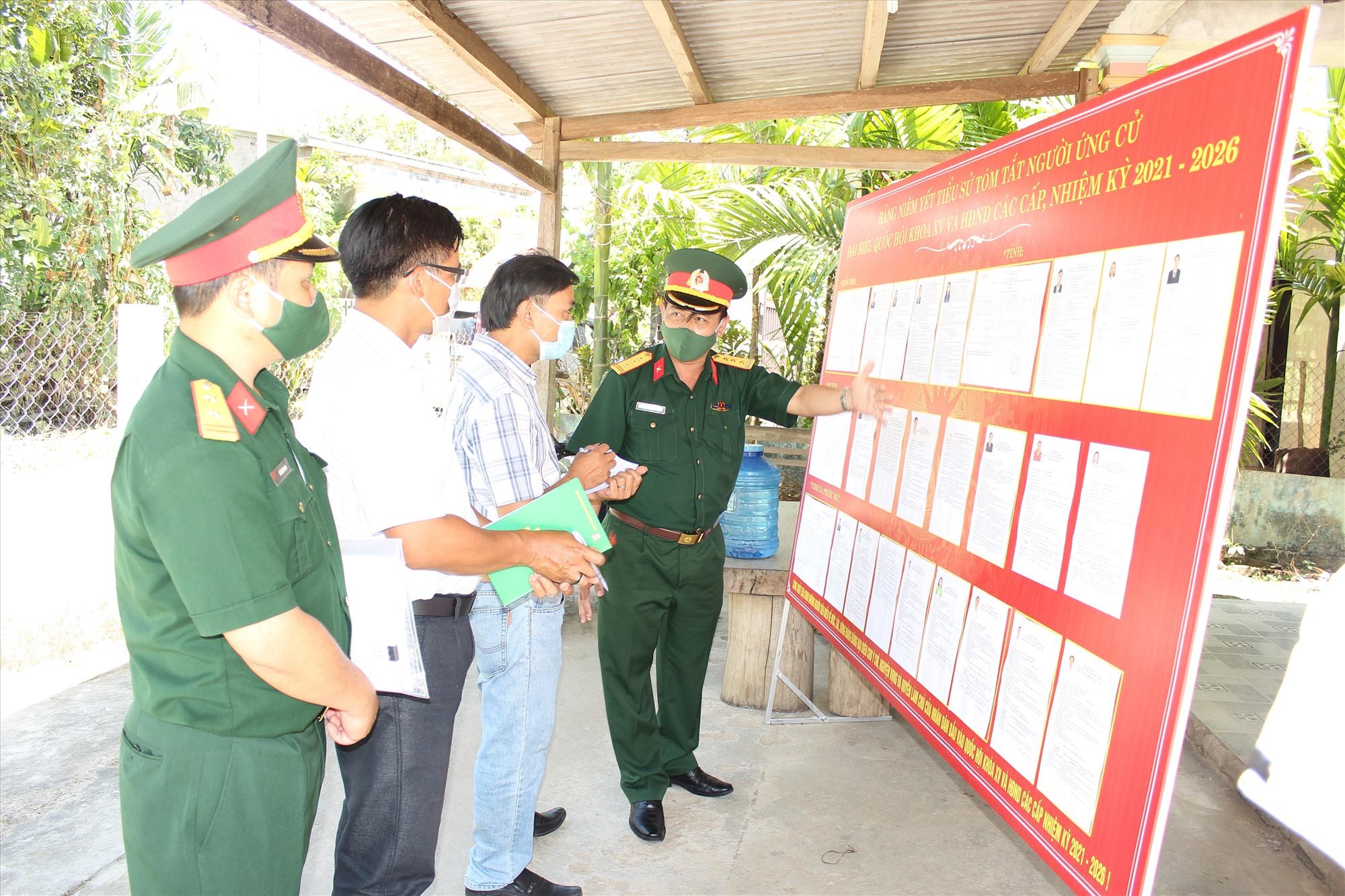 Thượng tá Lê Trung Thành kiểm tra công tác chuẩn bị bầu cử tại huyện Phước Sơn.