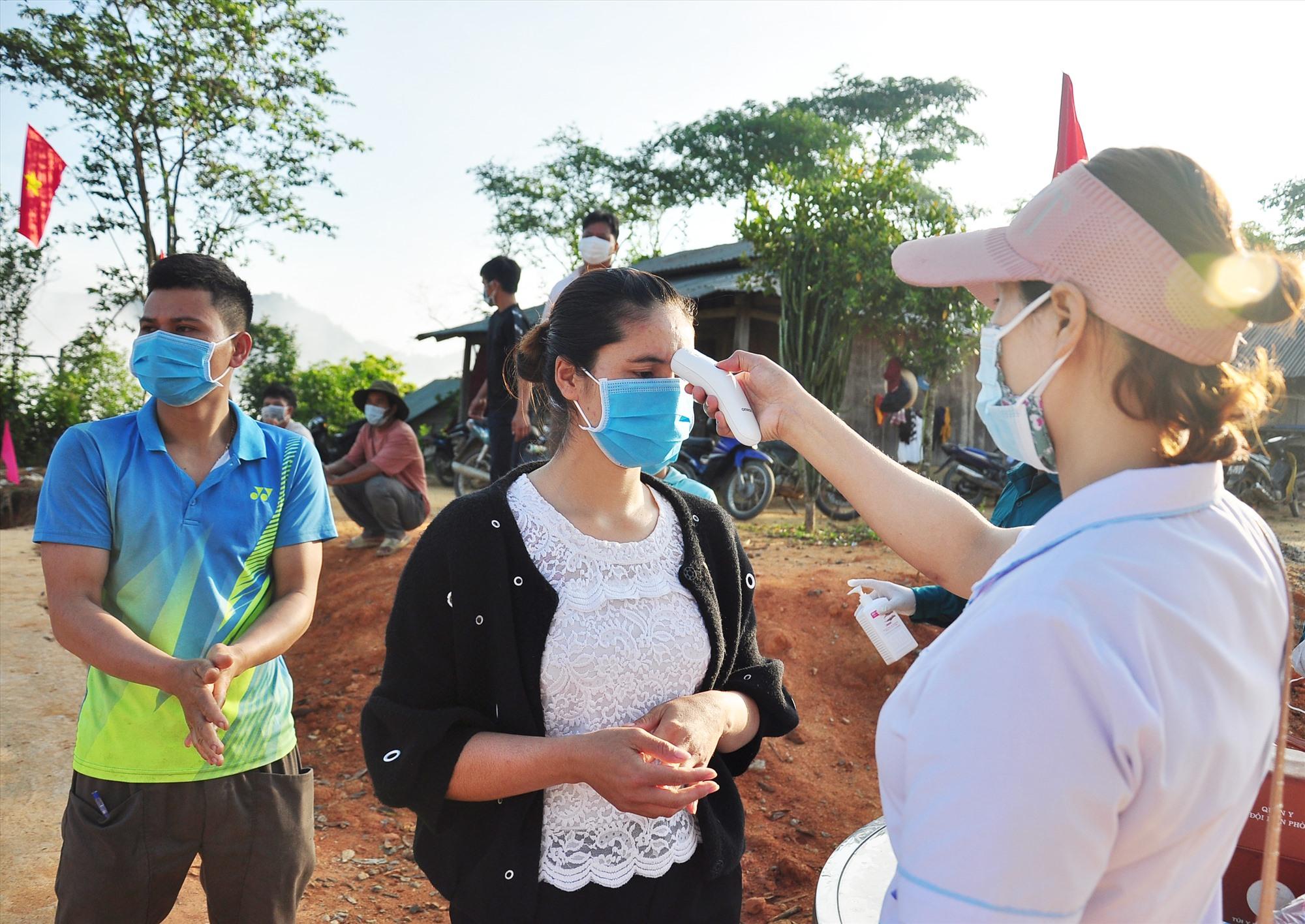 Công tác đảm bảo an toàn phòng chống dịch Covid-19 đã được thực hiện tốt tại các điểm bầu cử sớm ở vùng biên Nam Giang vào cuối tuần qua. Ảnh: VINH ANH
