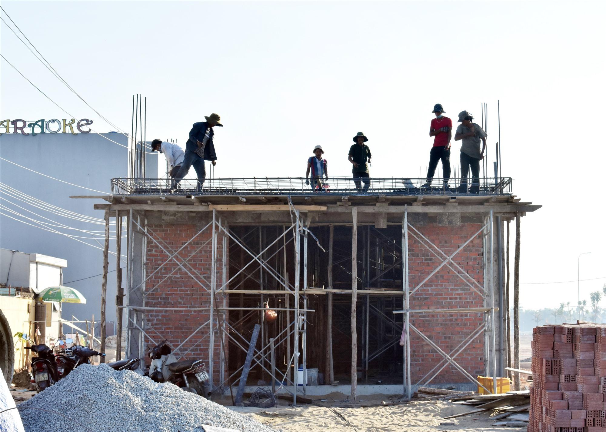 Nhiều hộ dân lao đao vì vật liệu sắt thép xây dựng tăng giá. Ảnh: V.LỘC