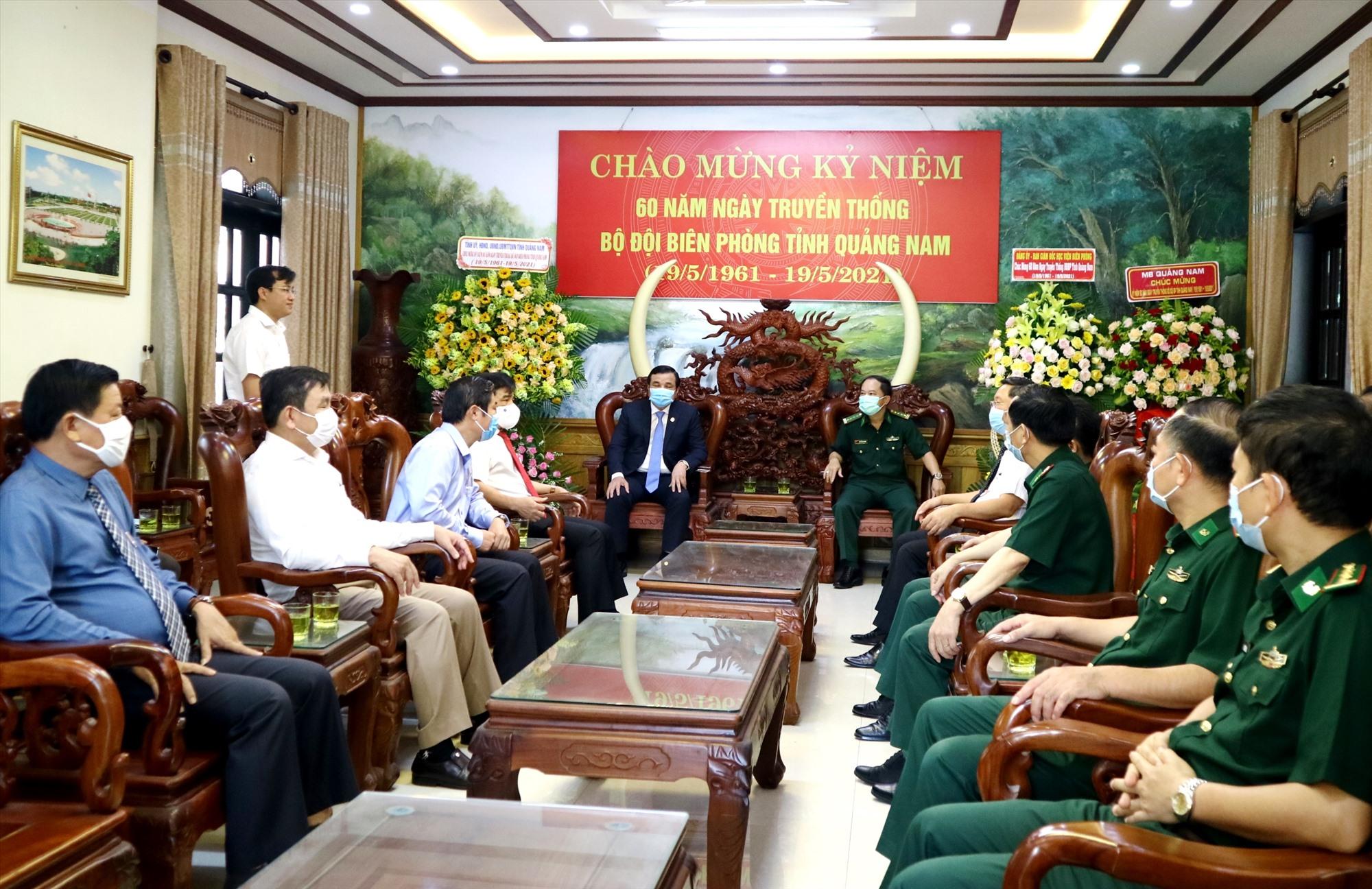 Các đồng chí lãnh đạo tỉnh đến thăm, chúc mừng BĐBP Quảng Nam nhân kỷ niệm 60 Ngày truyền thống đơn vị vào sáng nay 19.5. Ảnh: A.N