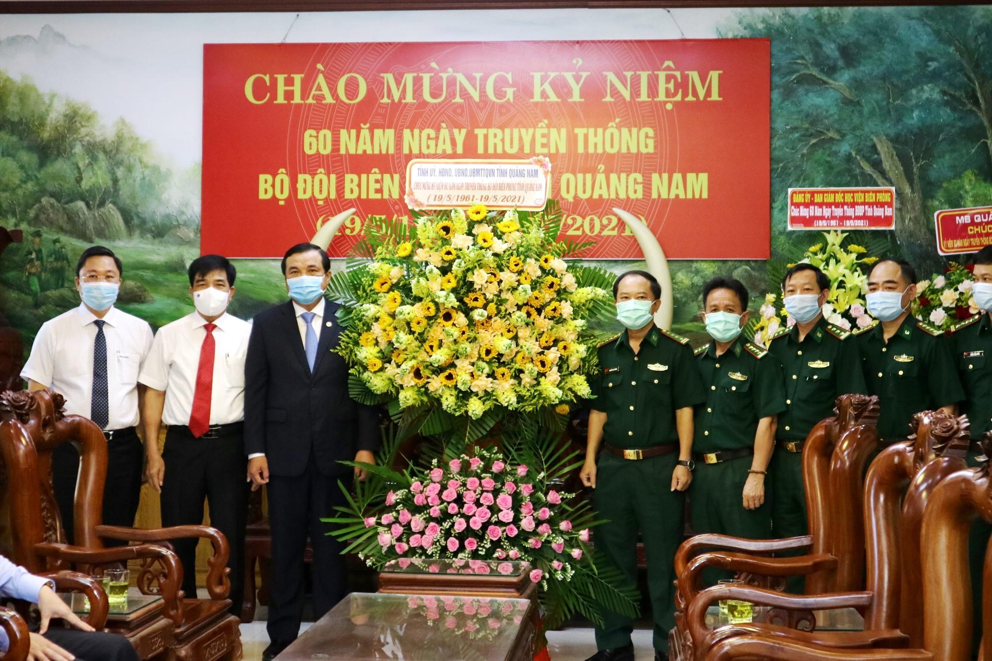 Thường trực Tỉnh ủy tặng lẵng hoa chúc mừng 60 năm truyền thống BĐBP Quảng Nam. Ảnh: A.N