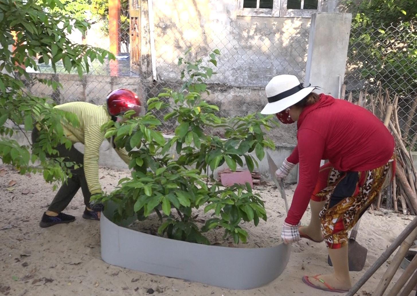 """Những mô hình phân loại rác thải tại nguồn như """"Mỗi hố rác một cây xanh"""" đang được huyện Thăng Bình thực hiện và nhân rộng. Ảnh: B.T"""