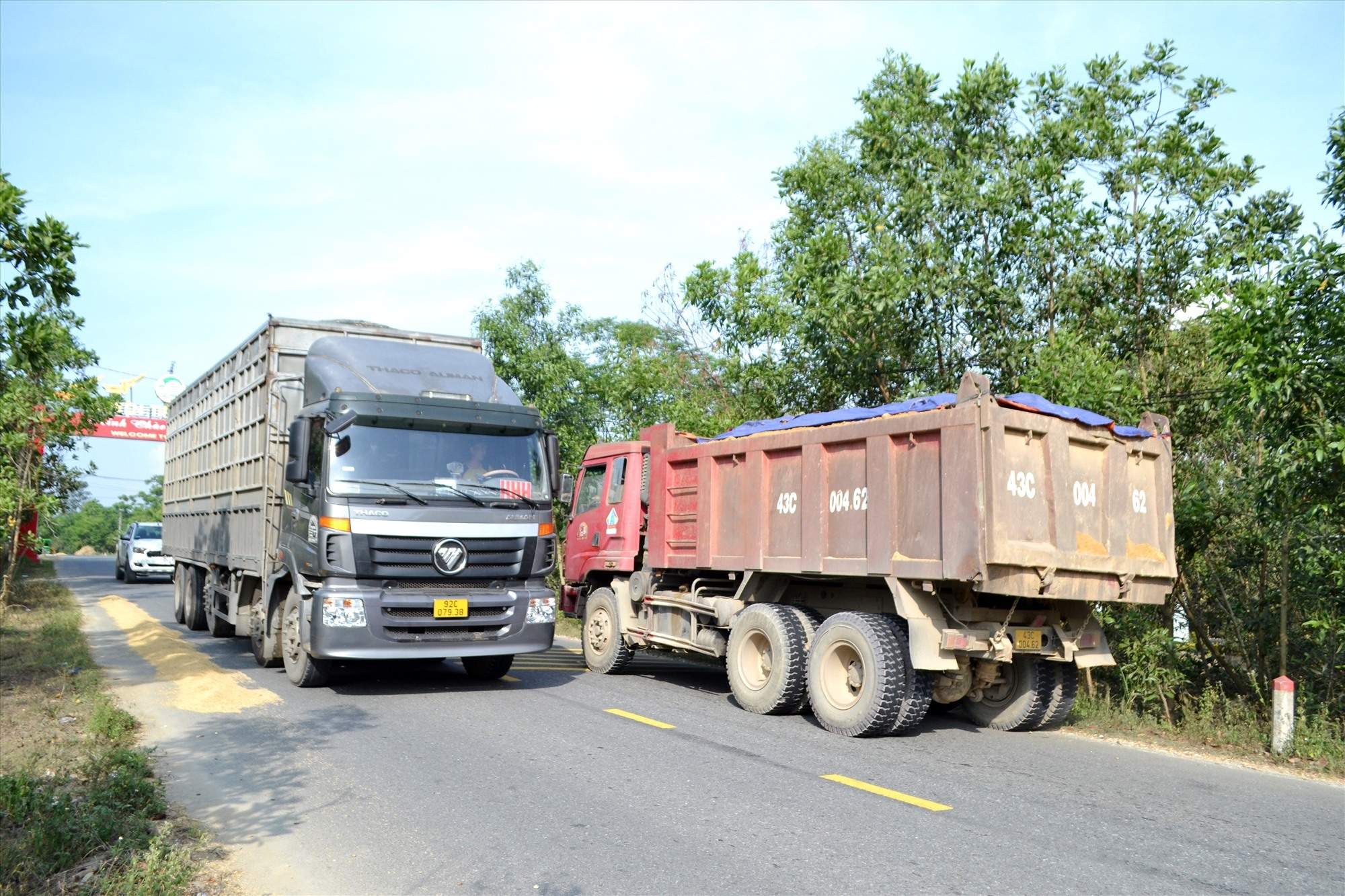 Đoạn qua nhau giữa Phú Ninh với Tiên Phước có đông ô tô tải qua lại. Ảnh: CT