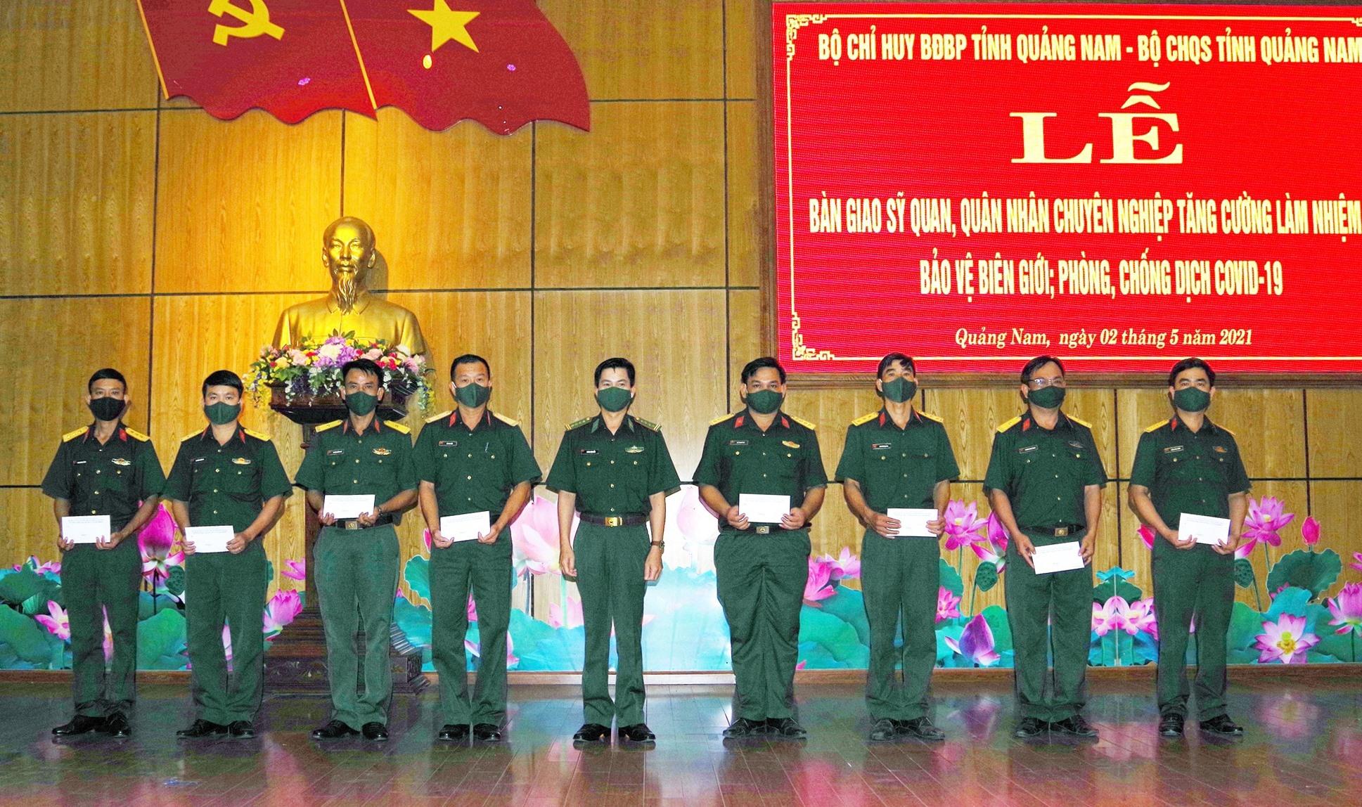 Bộ chỉ huy BĐBP tỉnh tặng quà cán bộ tăng cường làm nhiệm vụ bảo vệ biên giới, phòng, chống Covid - 19. Ảnh: HỒNG ANH