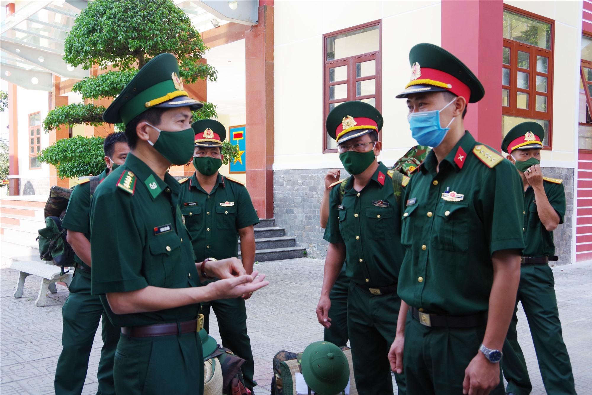 Đại tá Hoàng Văn mẫn - Chính ủy BĐBP tỉnh động viên cán bộ tăng cường làm nhiệm vụ bảo vệ biên giới, phòng chống dịch Covid-19. Ảnh: HỒNG ANH