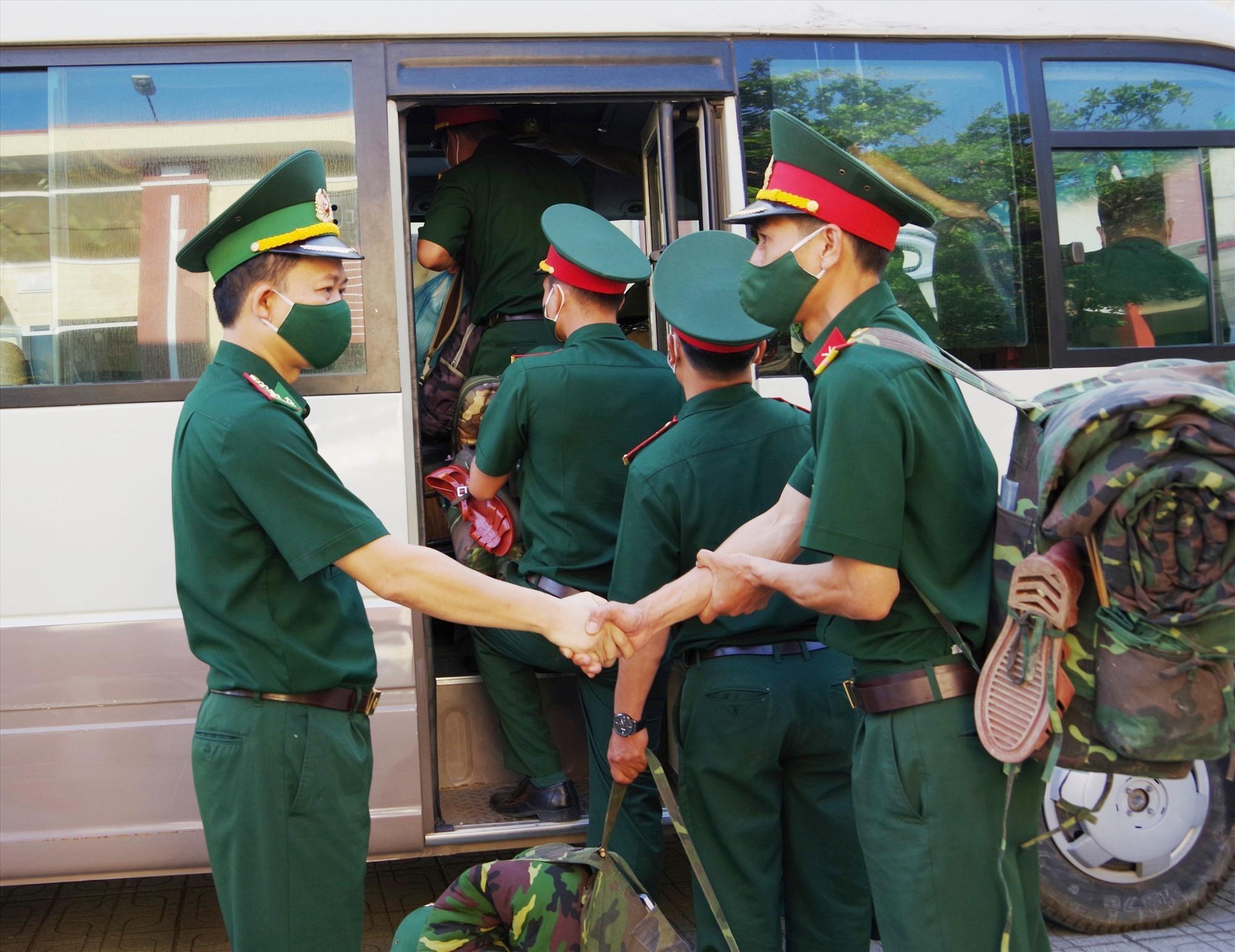 Đại tá Trần Tiến Hiền - Phó chỉ huy trưởng BĐBP tỉnh tiễn đưa lực lượng làm nhiệm vụ lên xe,. Ảnh: HỒNG ANH