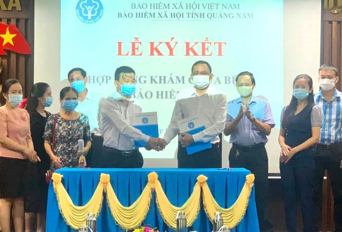 Lãnh đạo BHXH Quảng Nam và Phòng khám Đa khoa An Hiền ký kết hợp đồng khám, chữa bệnh BHYT. Ảnh: PKĐKAH