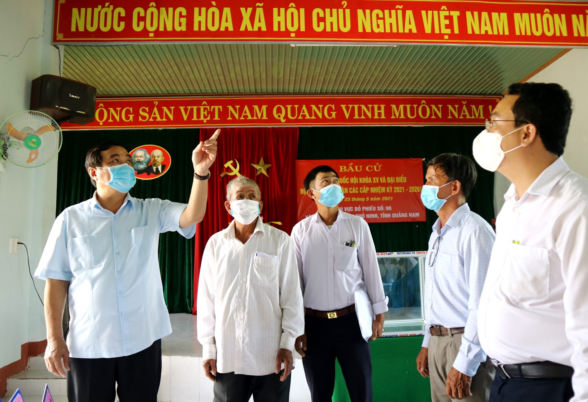 Bí thư Tỉnh ủy Phan Việt Cường lưu ý bên cạnh cần tổng dọn vệ sinh sạch sẽ, cần đảm bảo an toàn phòng chống dịch Covid-19 tại các điểm bỏ phiếu. Ảnh: A.N