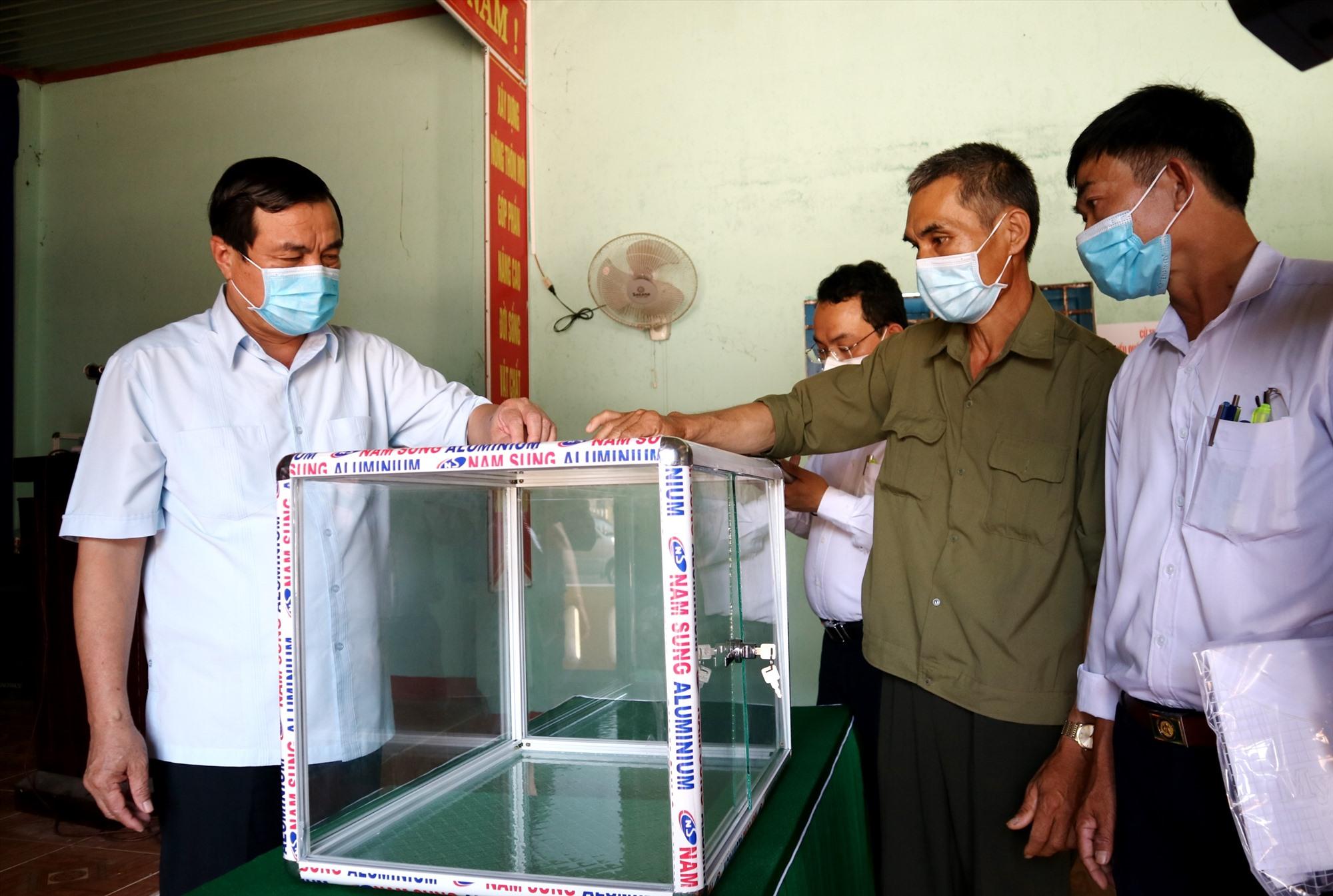 Bí thư Tỉnh ủy Phan Việt Cường kiểm tra công tác chuẩn bị thùng phiếu tại điểm bầu cử thôn Bồng Miêu (xã Tam Lãnh). Ảnh: A.N