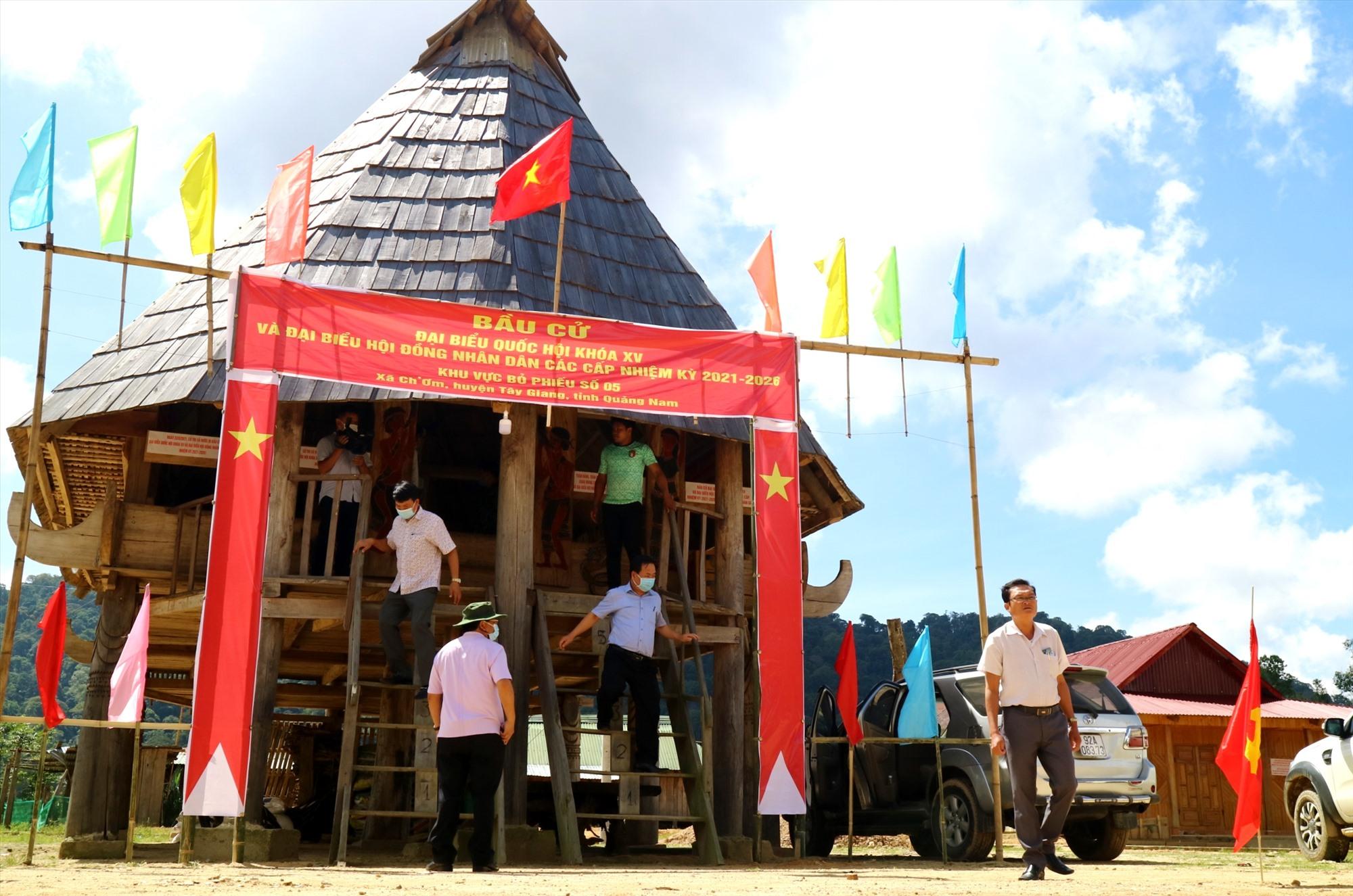 Điểm bầu cử tại thôn H'juh (xã Ch'Ơm, Tây Giang) được trang trí rực rỡ, chờ ngày hội bầu cử. Ảnh: ALĂNG NGƯỚC