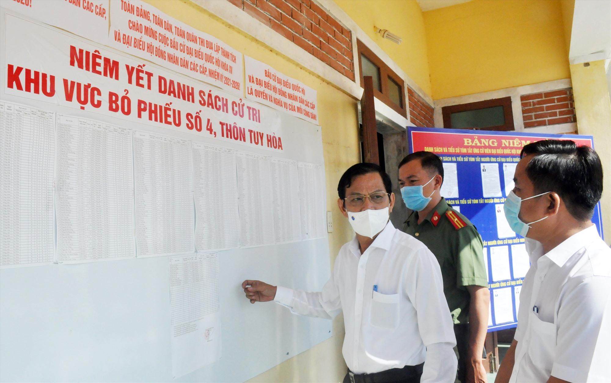 Trưởng ban Tổ chức Tỉnh ủy Nguyễn Chín - Trưởng đoàn kiểm tra số 2 của UBBC tỉnh kiểm tra thực tế tại khu vực bỏ phiếu số 4 (thôn Tuy Hòa, xã Bình Sơn, Hiệp Đức).