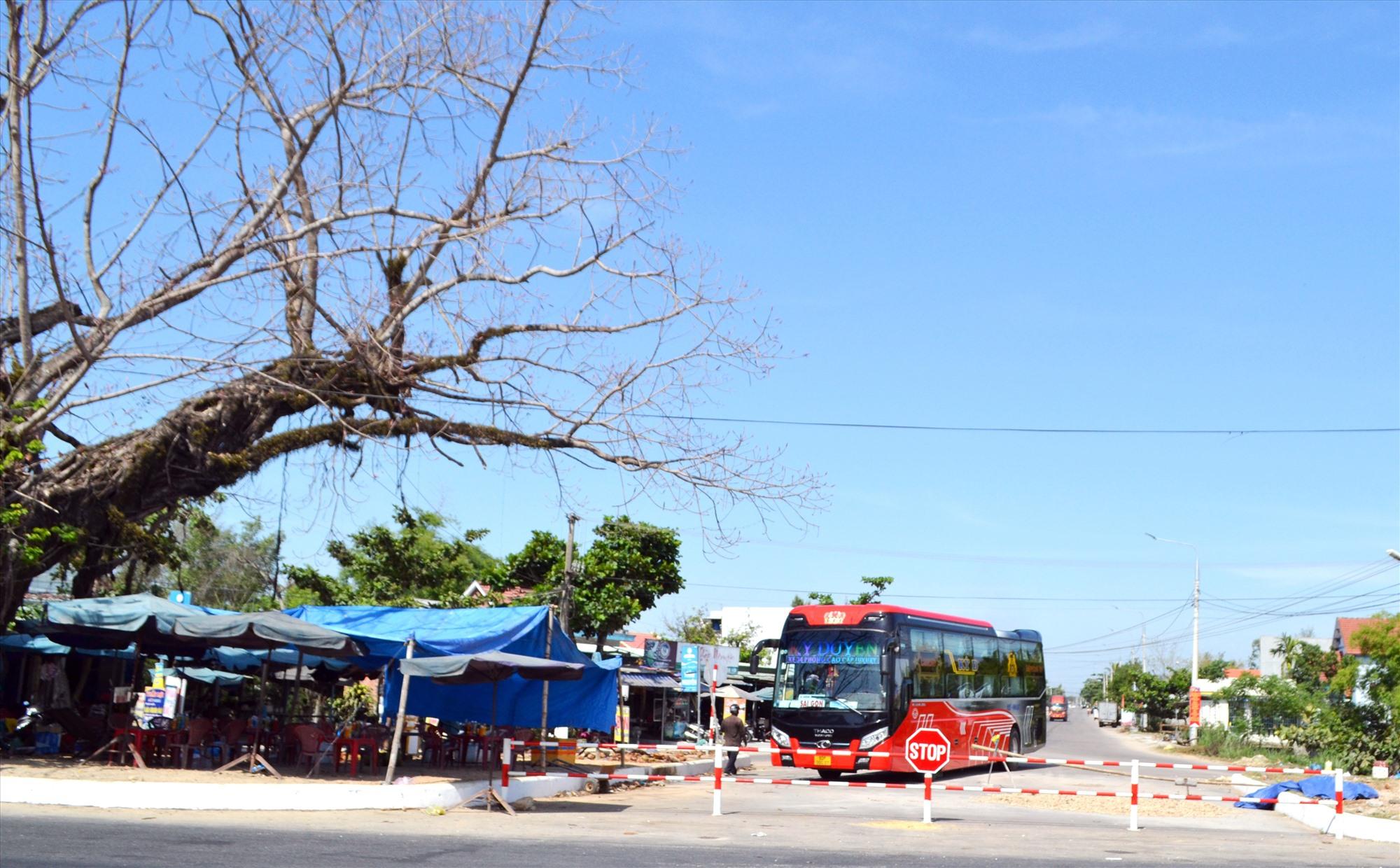 Một xe khách đậu đỗ trái phép tại ngã 3 Cây Cốc (Thăng Bình), nơi giao nhau giữa quốc lộ 1 với quốc lộ 14B. Ảnh: K.K
