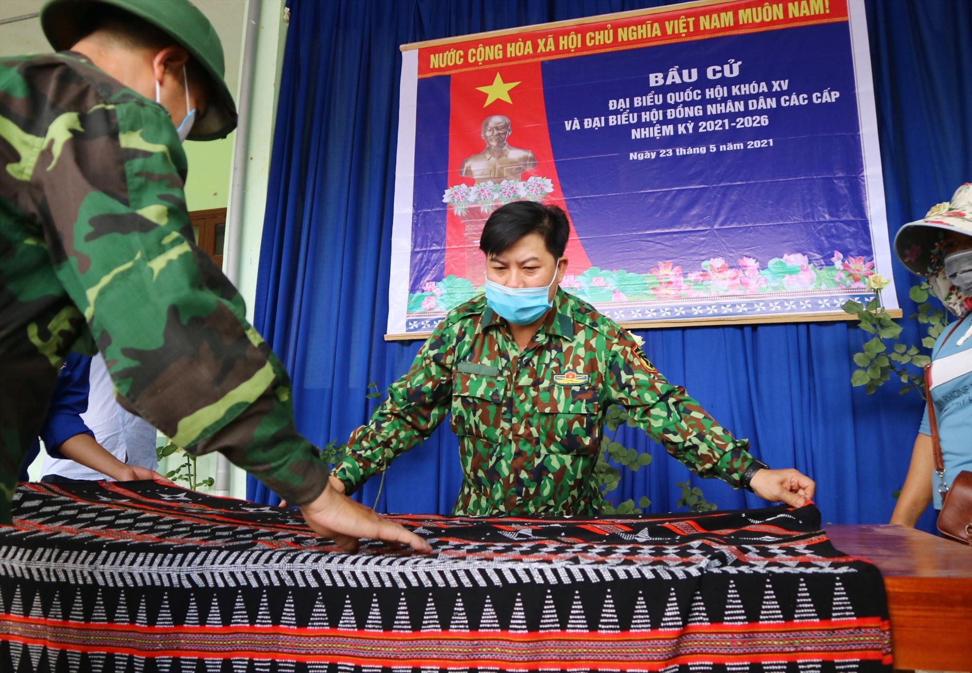 Cả chính quyền và cử tri ở huyện miền núi Tây Giang cùng góp sức cho ngày hội.