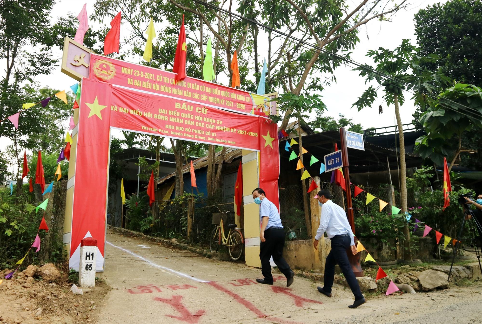 Nhiều ngày qua, các đoàn kiểm tra liên tục đến tận cơ sở, tham gia góp ý cho công tác chuẩn bị bầu cử được diễn ra thành công.
