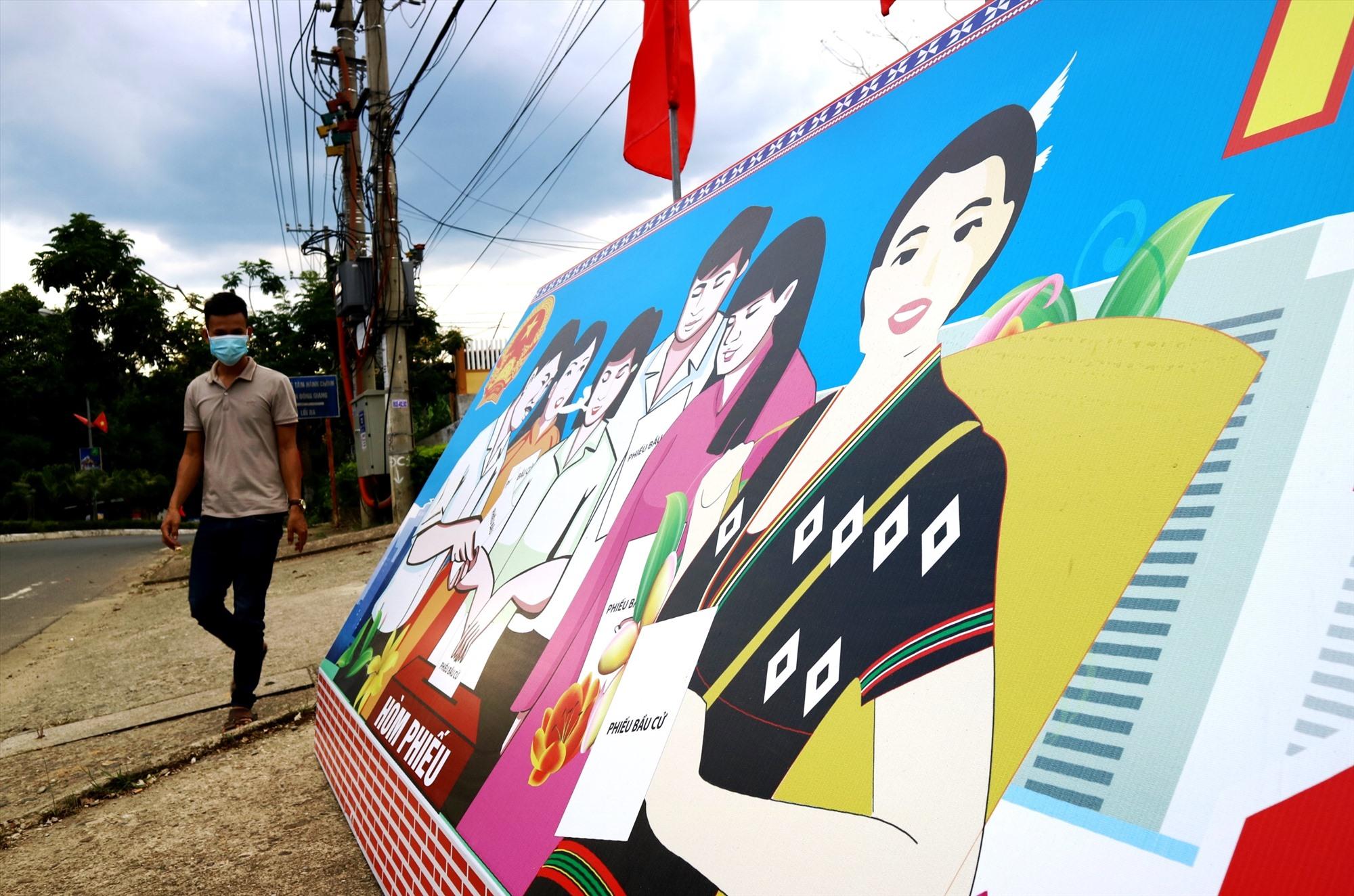 Một pa-nô tuyên truyền cỡ lớn được dựng trước UBND huyện Đông Giang, ngay tuyến đường Hồ Chí Minh.