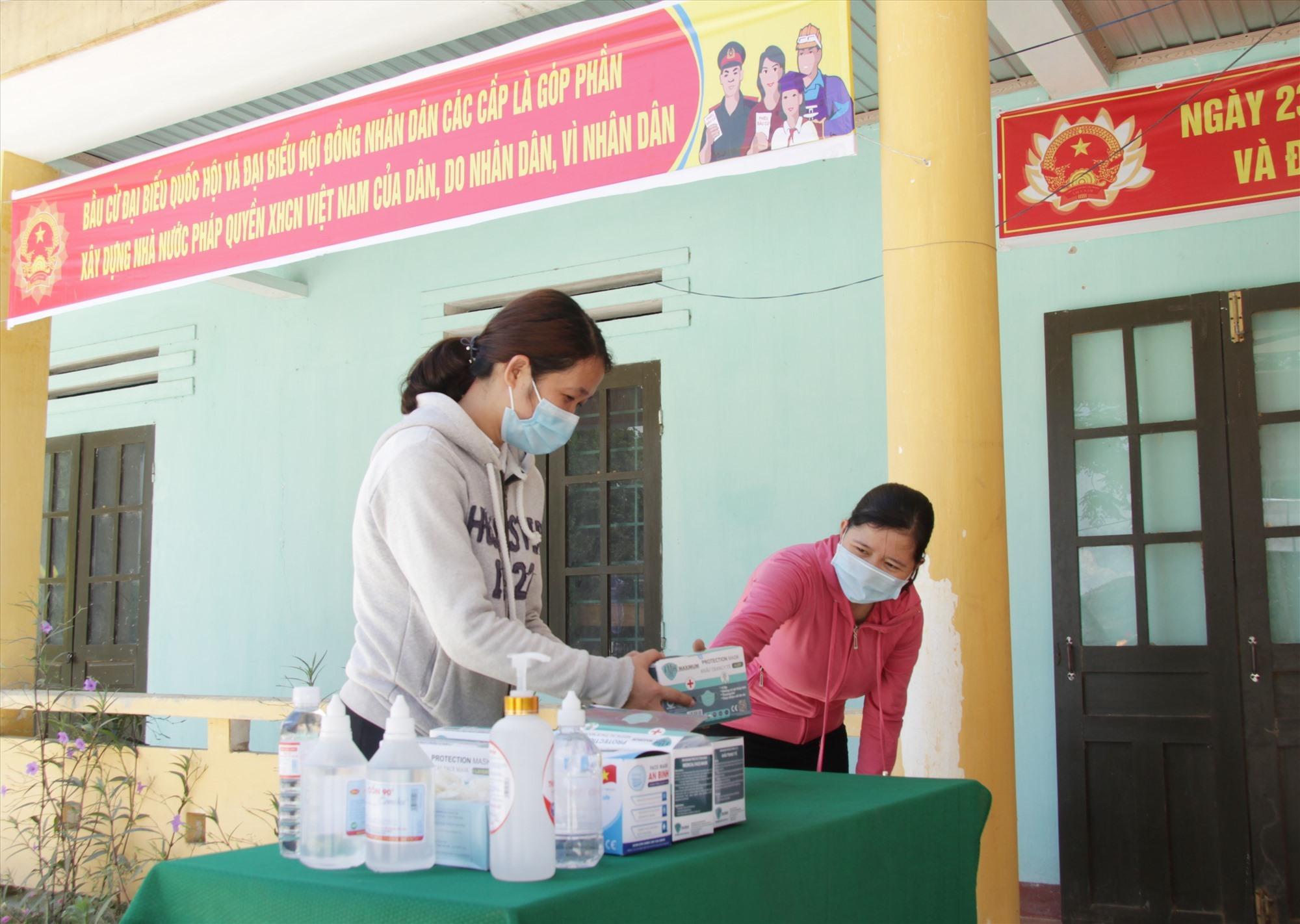Chuẩn bị vật tư, thiết bị y tế phòng dịch Covid-19 cho ngày bầu cử.Ảnh: Q.H