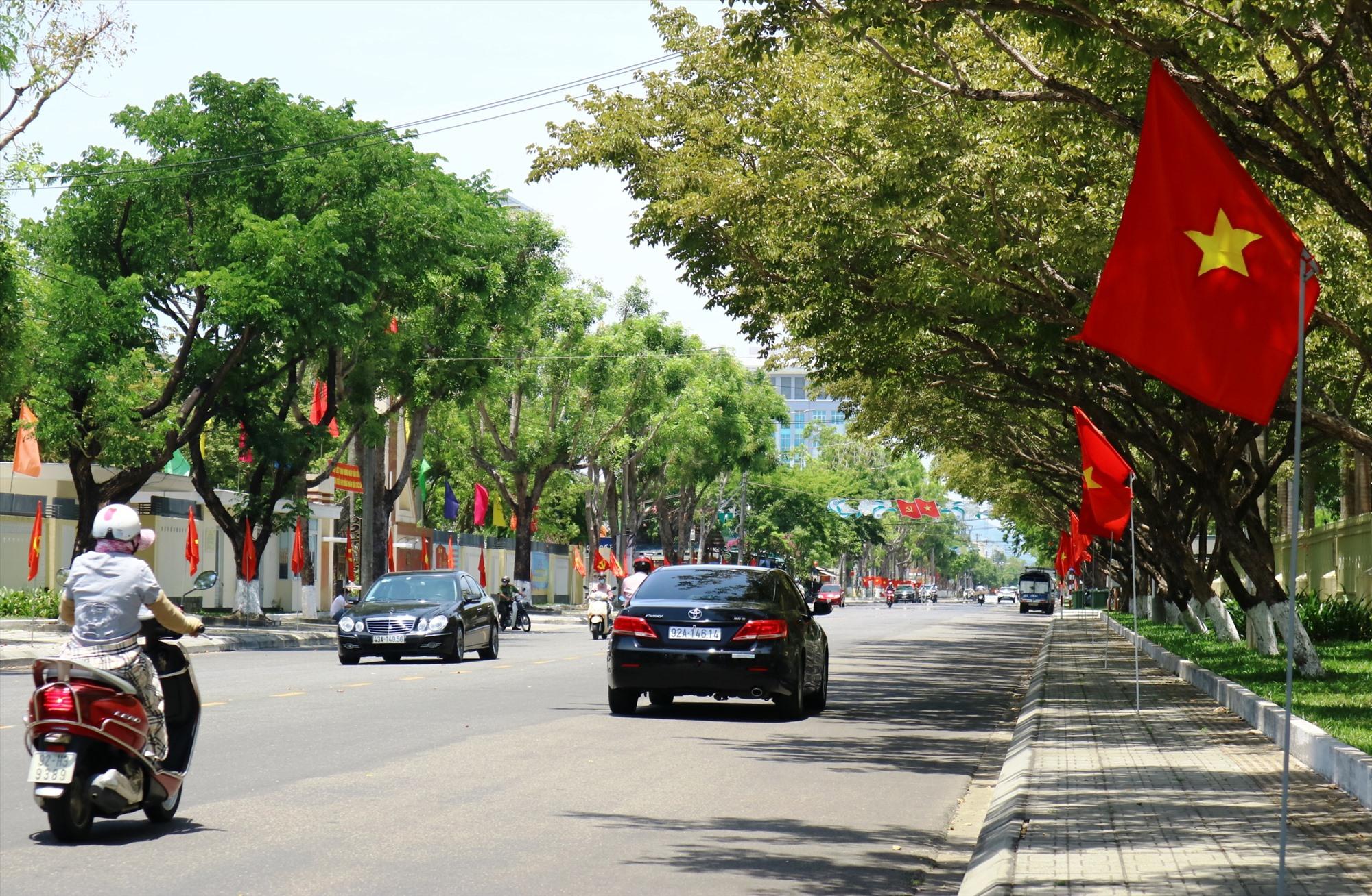 Đường phố Tam Kỳ rực rỡ cờ hoa hướng về ngày hội bầu cử.