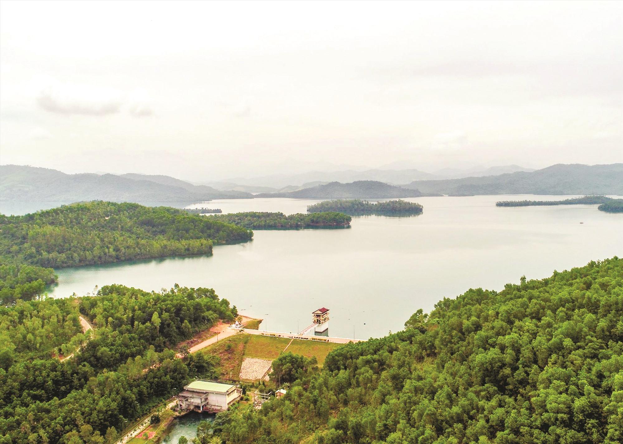 Trong khuôn khổ hoạt động REDD+, dự án Trường Sơn Xanh đã xây dựng bản đồ rủi ro mất rừng cấp độ cao cho Quảng Nam. TRONG ẢNH: Rừng phòng hộ ở khu vực lòng hồ Phú Ninh. Ảnh: PHƯƠNG THẢO