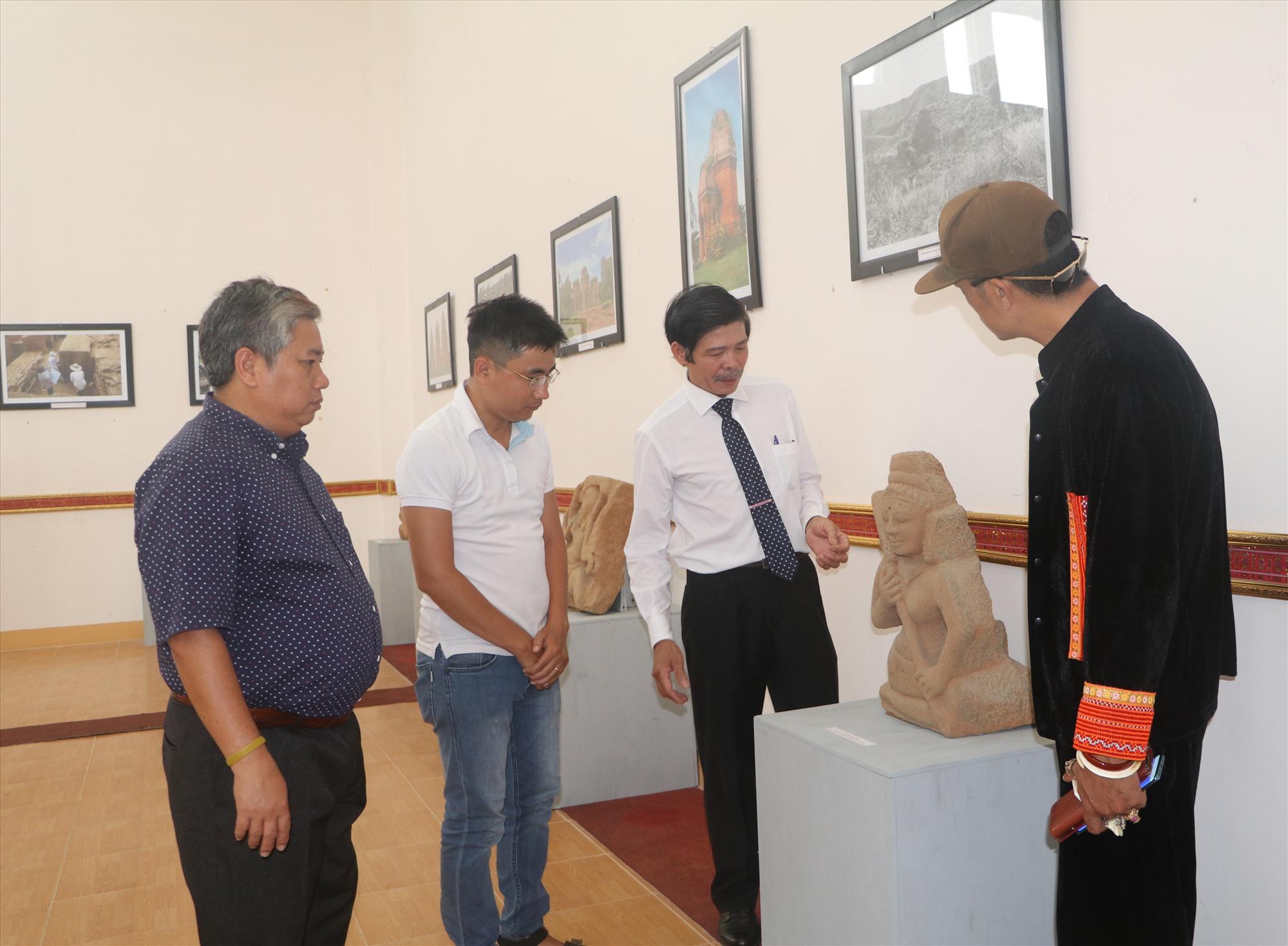 Các chuyên gia nghiên cứu văn hóa Chăm tìm hiểu về hiện vật tại gian trưng bày Quảng Nam. Ảnh: T.V