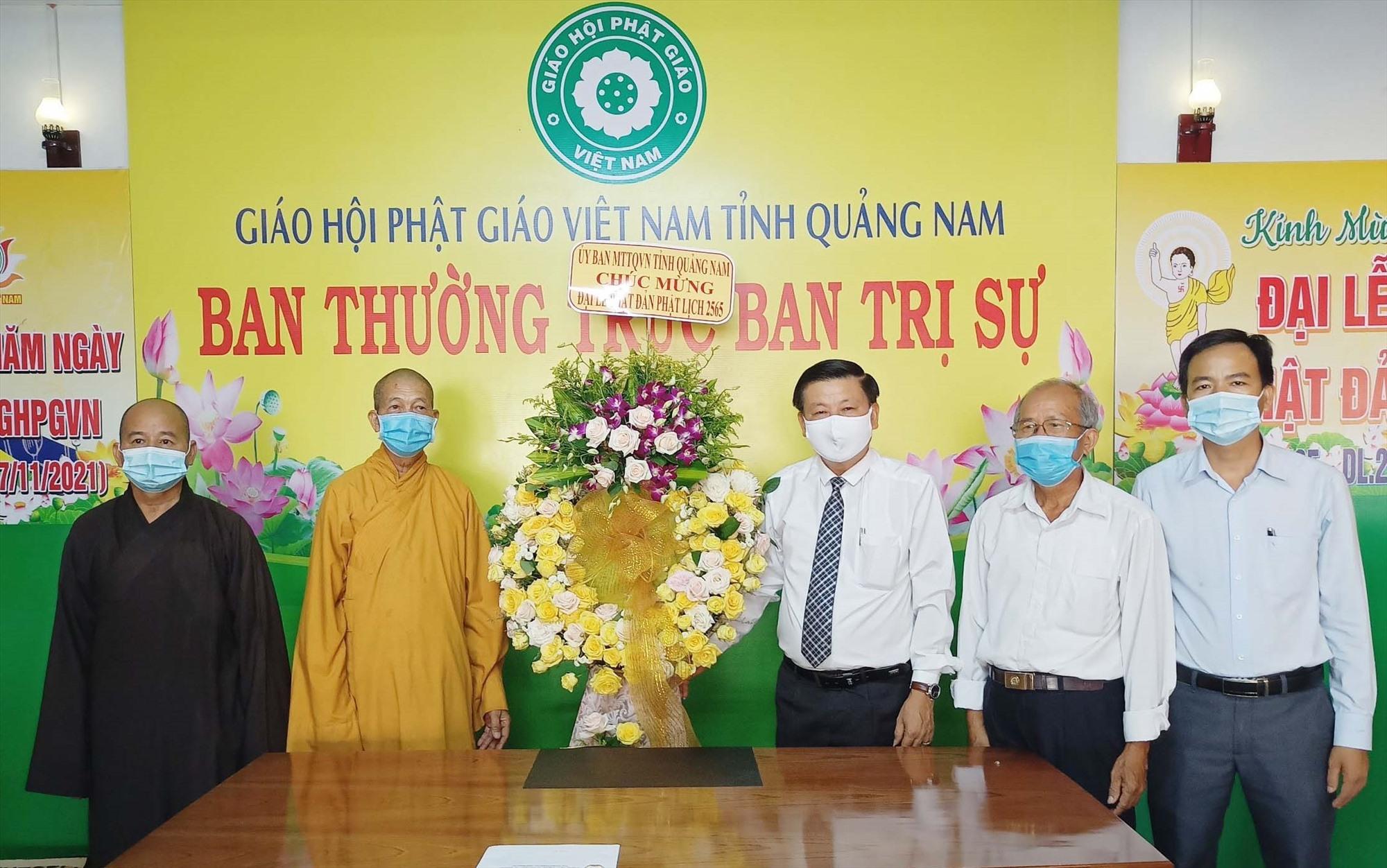 Lãnh đạo Ủy ban MTTQ Việt Nam tỉnh tặng lẵng hoa chúc mừng Đại lễ Phật đản  đến Ban Trị sự giáo hội Phật giáo tỉnh. Ảnh: Mặt trận