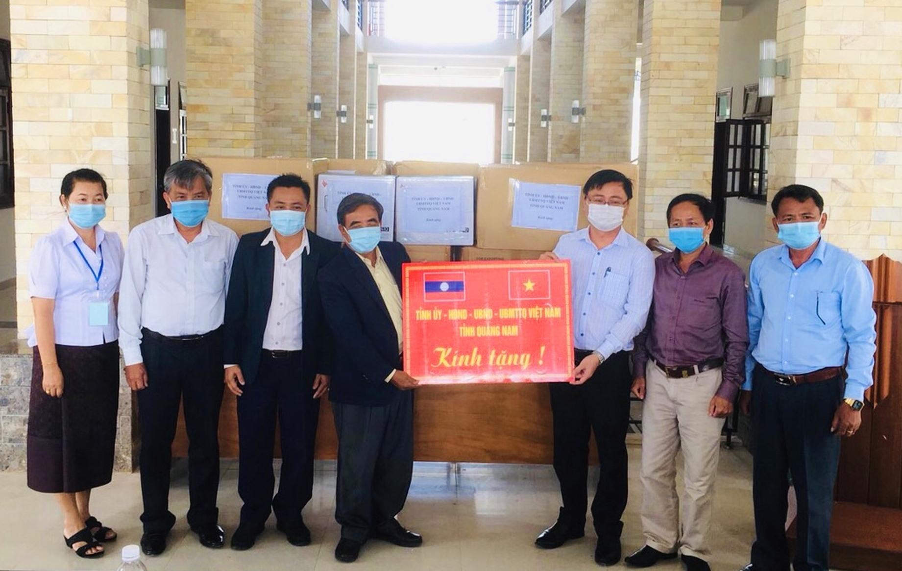 Đại diện tỉnh Quảng Nam và tỉnh Sê Kông (Lào) bàn giao vật tư y tế phục vụ công tác phòng chống dich tại tỉnh Sê Kông. Ảnh: H.M