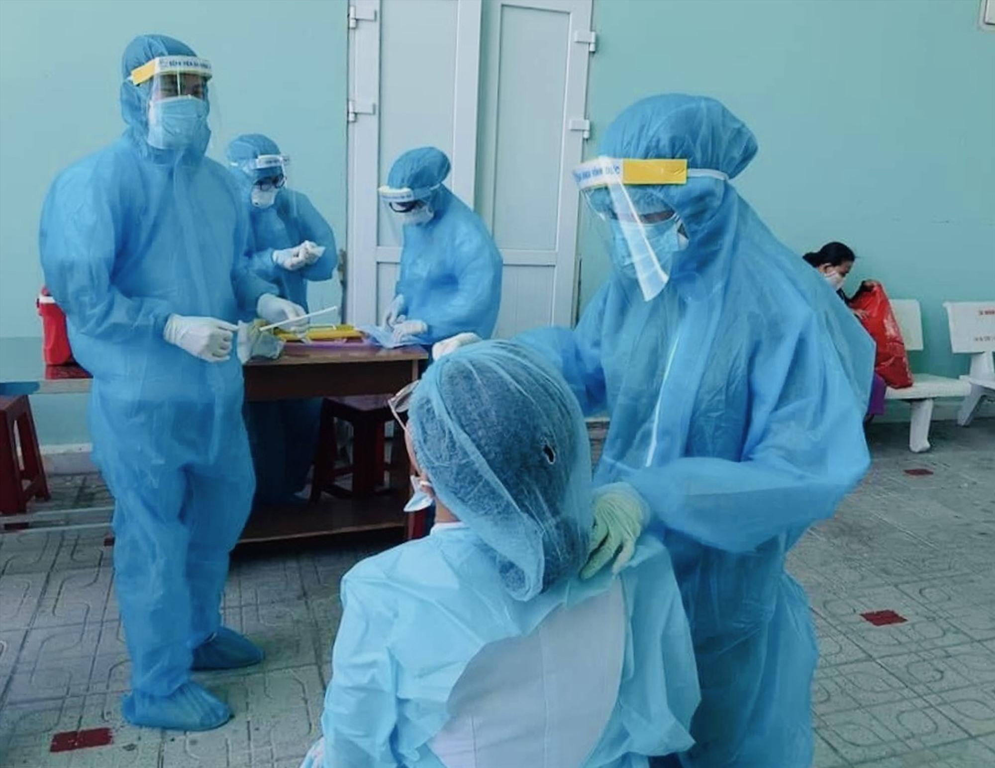 BV Đa khoa Vĩnh Đức tổ chức xét nghiệm cho nhân viên bệnh viện. Ảnh: BVVD