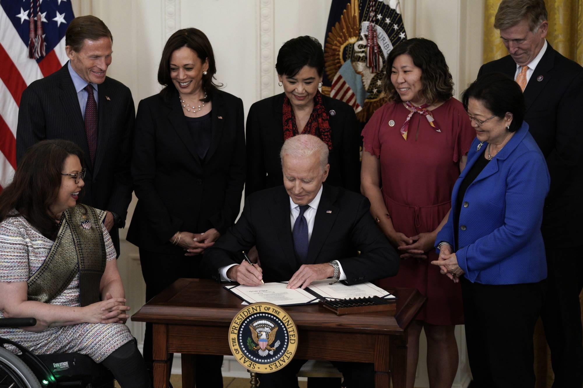 Tổng thống Mỹ Joe Biden ký đạo luật nhằm ngăn chặn tội phạm nhằm vào người Mỹ gốc Á. Ảnh: Bloomberg