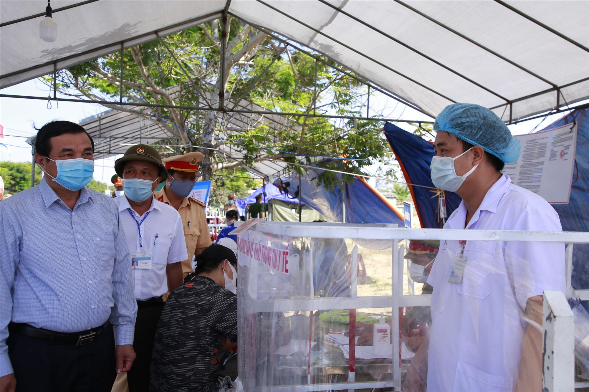 Bí thư Tỉnh ủy Phan Việt Cường thăm hỏi một cán bộ y tế làm nhiệm vụ tại chốt kiểm soát trên tuyến ĐT 603 thuộc thị xã Điện Bàn. Ảnh: T.C