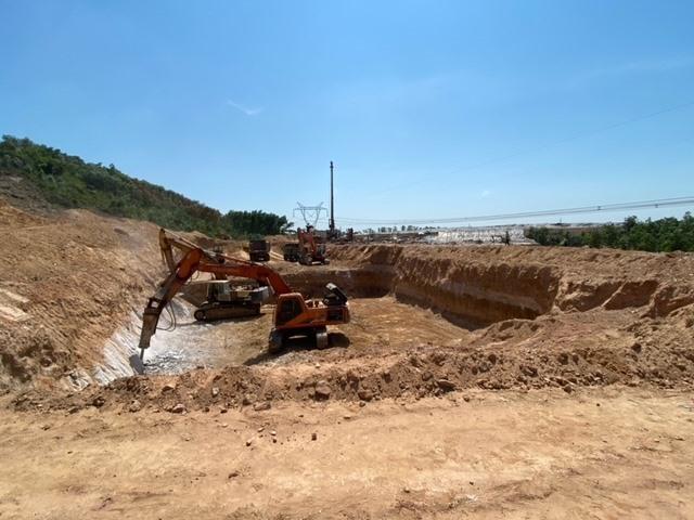 Thi công dự án khu xử lý rác thải Bắc Quảng Nam tại thôn Hòa An, thị trấn Ái Nghĩa. Ảnh: H.P