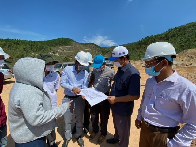 Liên danh công ty, đại diện Sở Tài nguyên môi trường và UBND huyện Đại Lộc xem bản vẽ thi công dự án. Ảnh: H.P