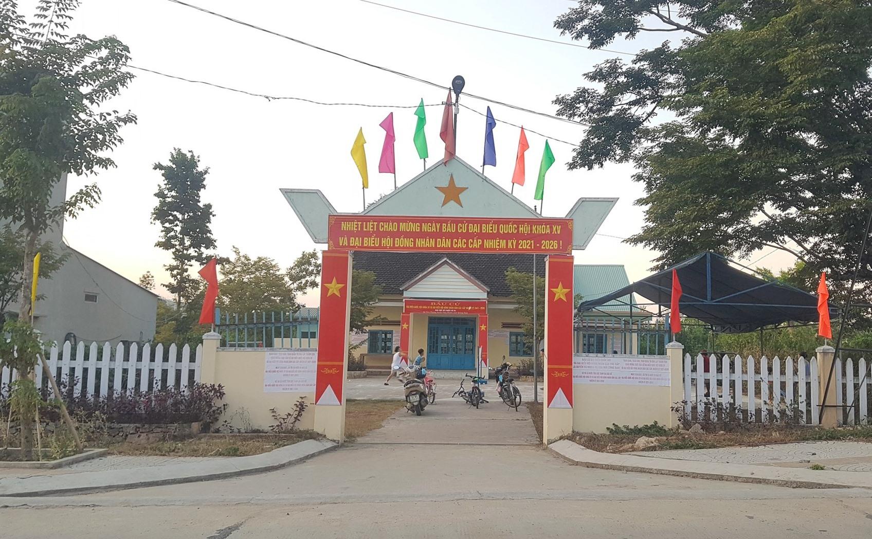 Một khu vực bỏ phiếu của Tiên Phước được trang trí xong từ chiều 21.5. Ảnh: D.L