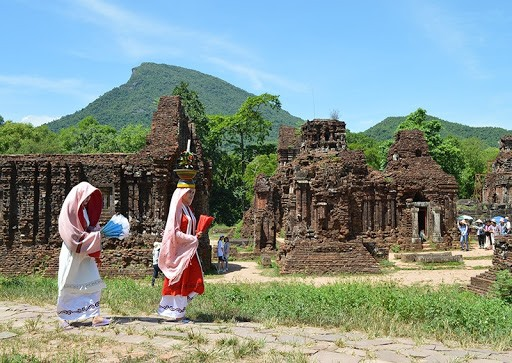 Quang Nam is a province where there are several world tangible cultural heritages recognized by UNESCO, including My Son Sanctuary and Hoi An ancient quarter.  These world heritage sites have helped attract more and more visitors to the province.