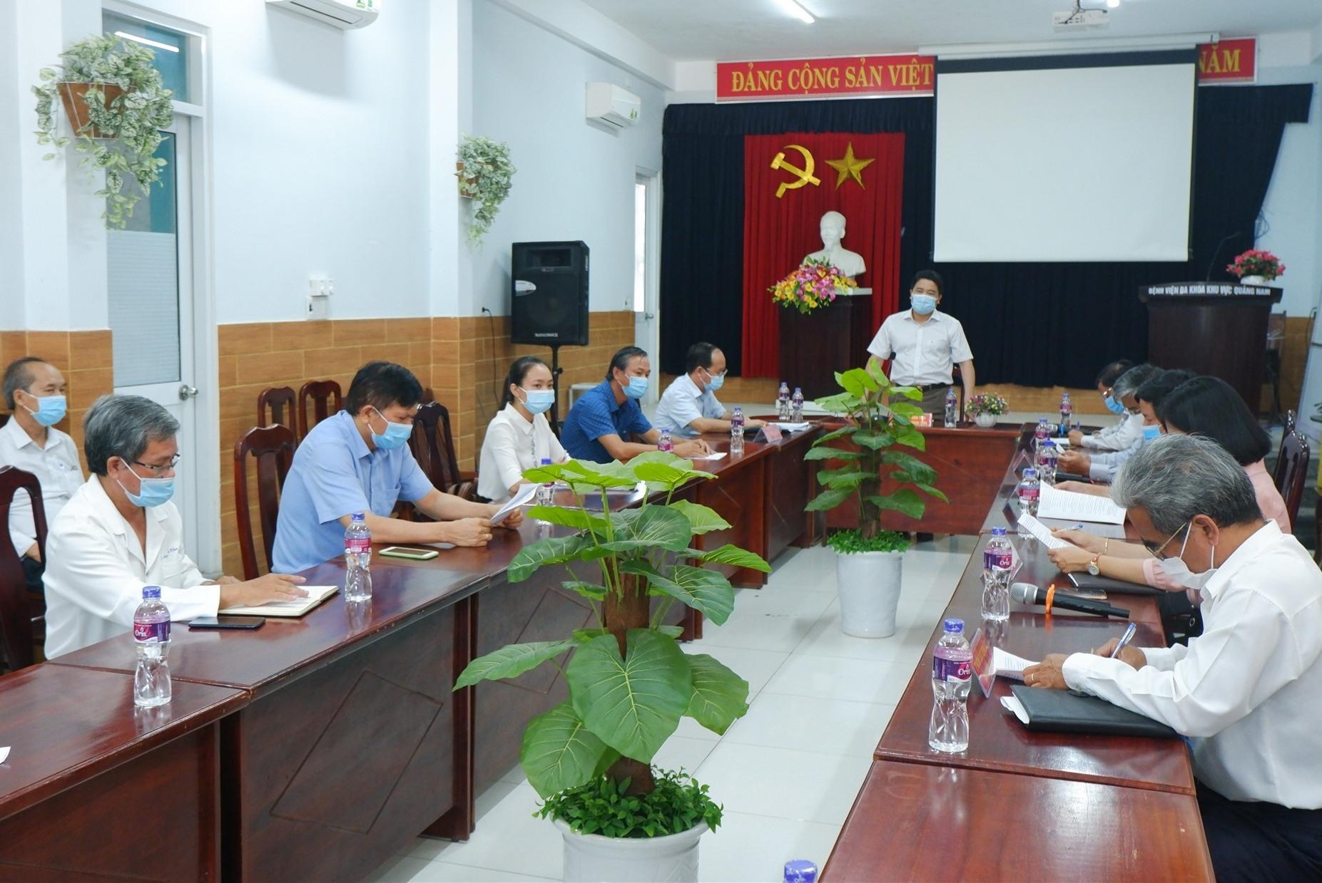 Phó Chủ tịch UBND tỉnh Trần Văn Tân chủ trì buổi làm việc cùng BV Đa khoa Khu vực Quảng Nam. Ảnh: X.H