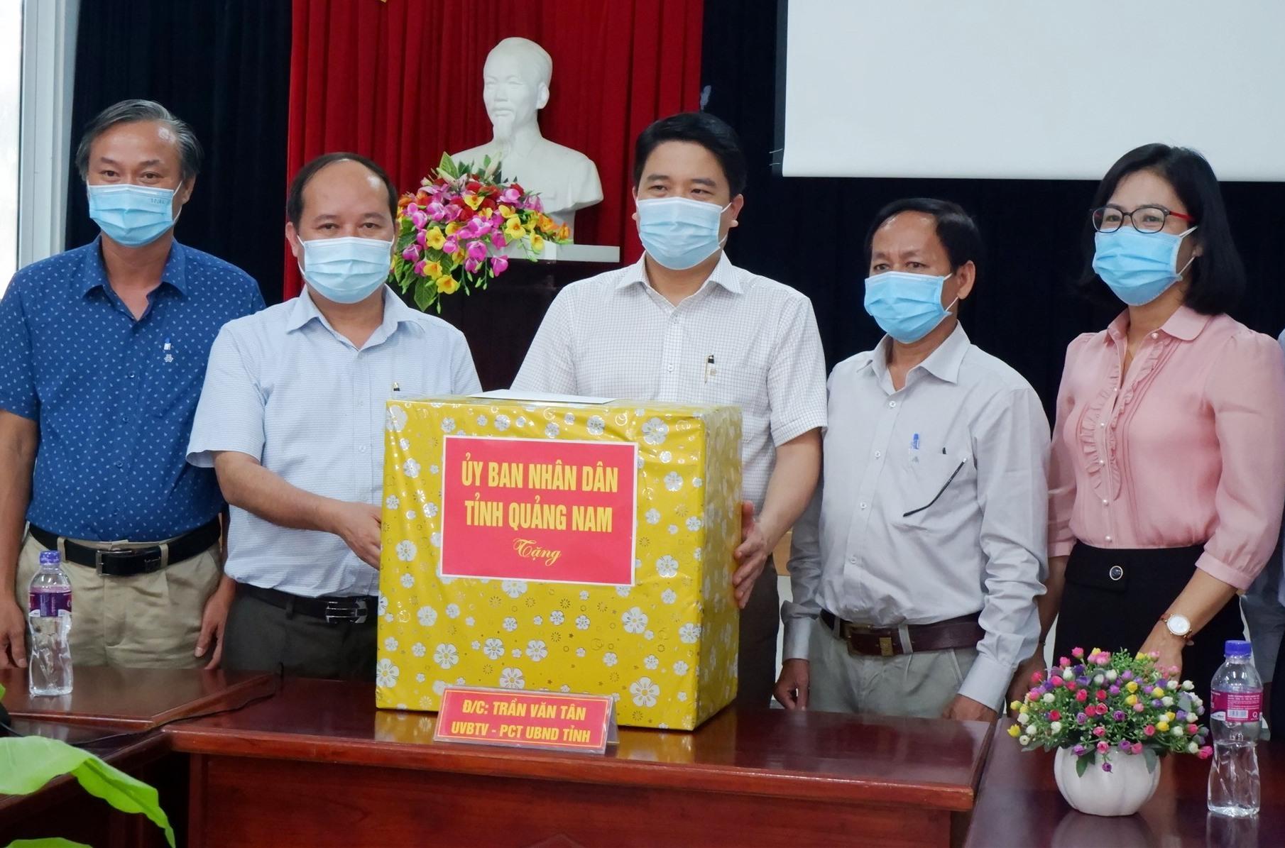 UBND tỉnh trao tặng quà cho lực lượng y tế tại BV. Ảnh: X.H