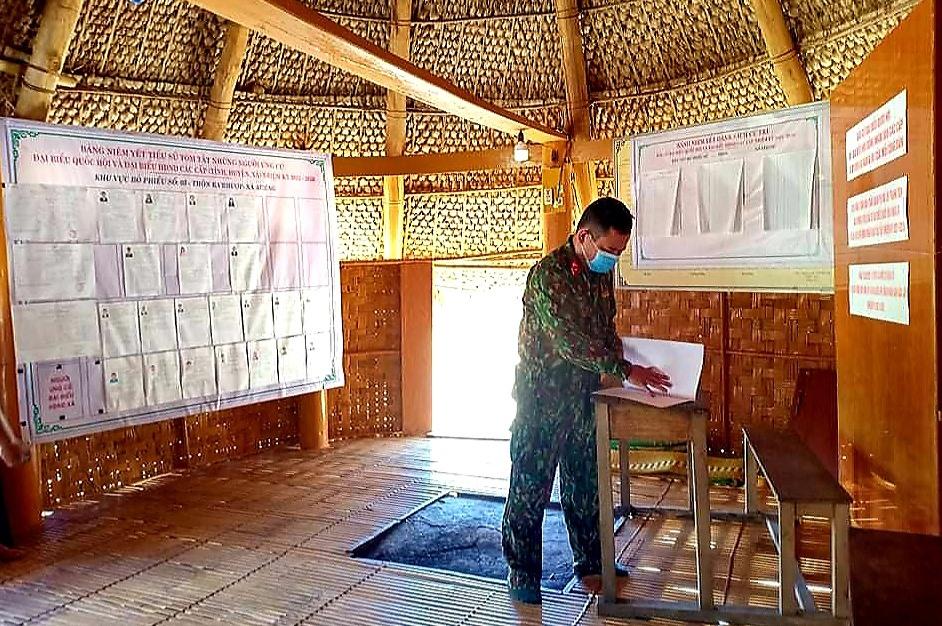 Một cán bộ quân đội giúp việc tại điểm bầu cử. Tài liệu địa phương miền núi toàn bộ giáo viên sinh viên và các lực lượng được huy động cùng tham gia vào công tác bầu cử. Ảnh: BRIU NA