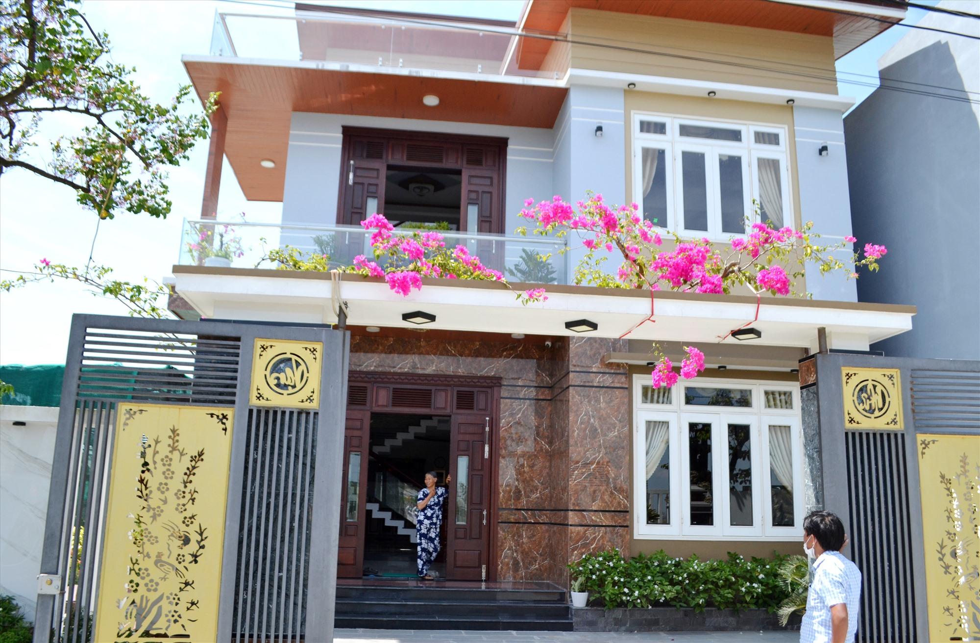 Bà Vui nay đã chuyển đến sinh sống trong căn nhà mà gia đình xây dựng tại mảnh đất được Nhà nước bố trí trong khu tái định cư Bình Đào. Ảnh: CT